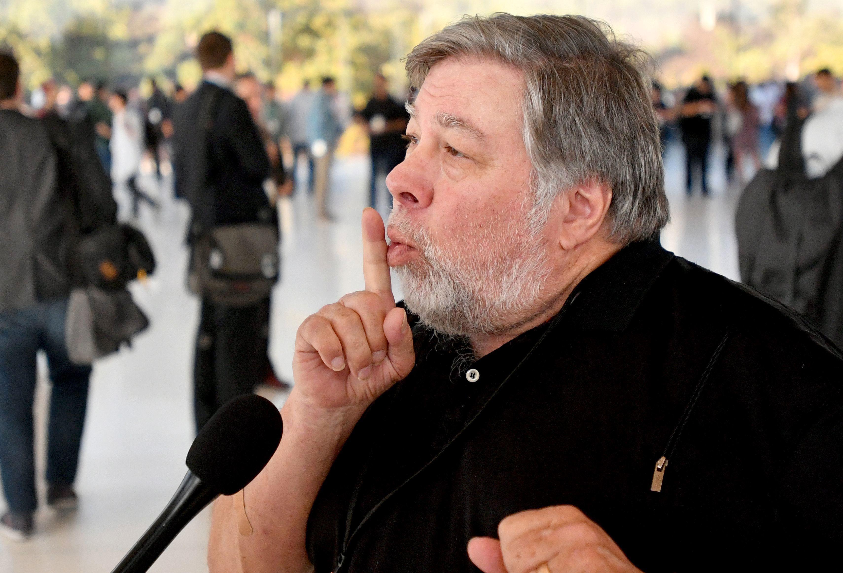 Steve Wozniak var med på å grunnlegge Apple. Nå langer han ut mot Tesla og lovnadene om autopilot.