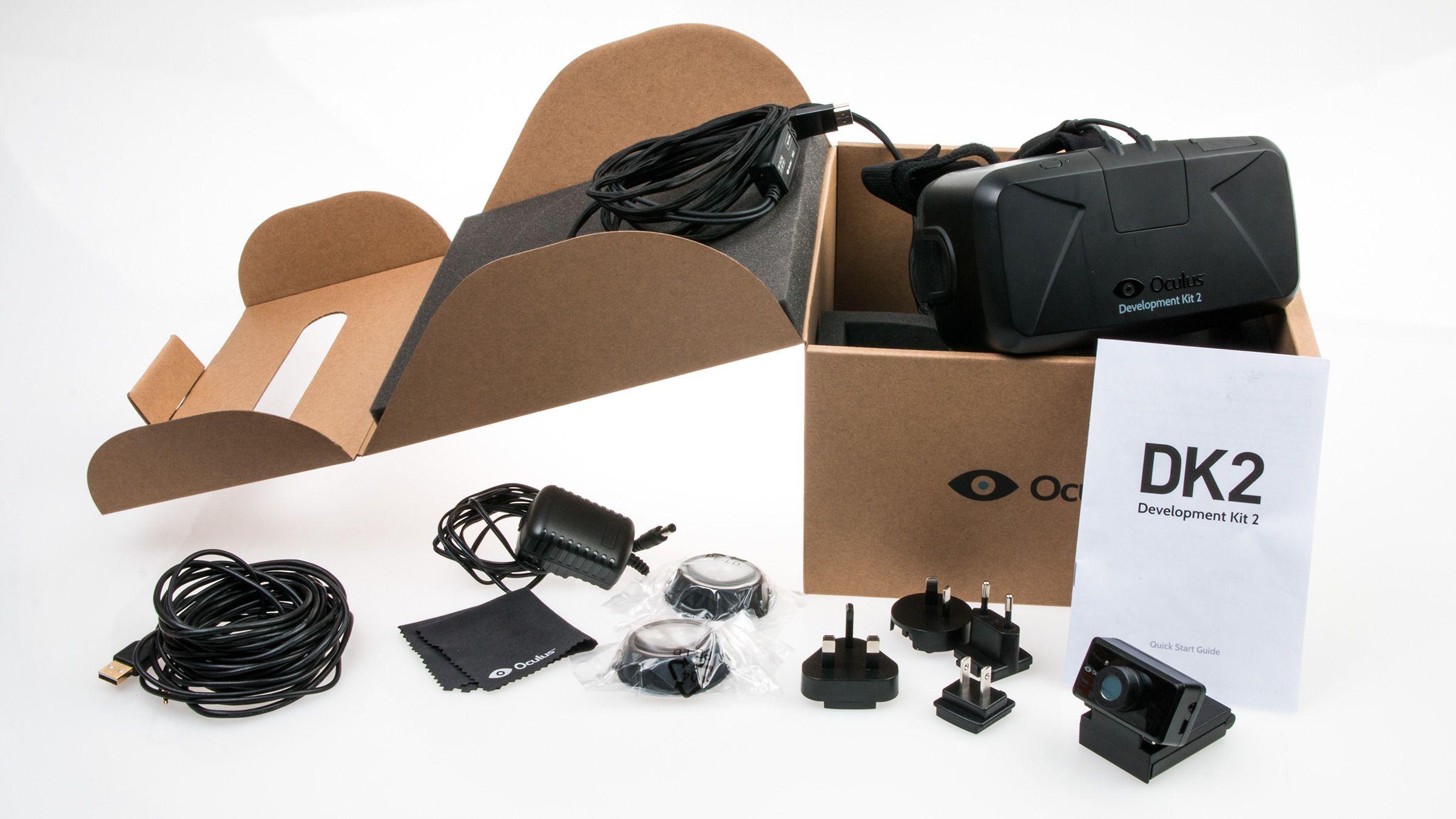 Når vi åpner esken er absolutt alle delene av settet pakket i plastposer, men med disse ryddet av veien har vi god oversikt over hva som følger med: Ekstra linser, støpsel-adaptere for en rekke forskjellige land, et strømadapter, pusseklut, en rekke forskjellige kabler, bruksanvisning og et slags webkamera. Og Oculus Rift DK2, selvfølgelig.Foto: Varg Aamo, Tek.no