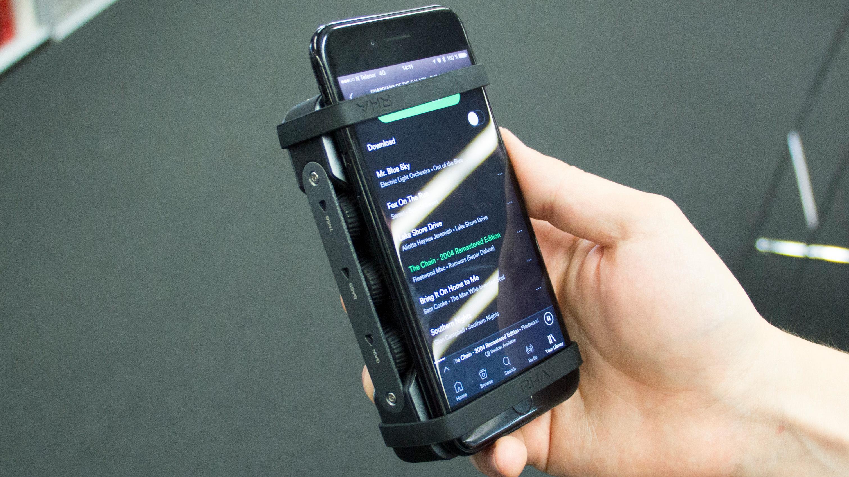 Det følger med strikker så du kan feste forsterkeren til for eksempel en mobil. Praktisk med tanke på at den ikke blir gnissende mot mobilen, men strikken går også over skjermen.