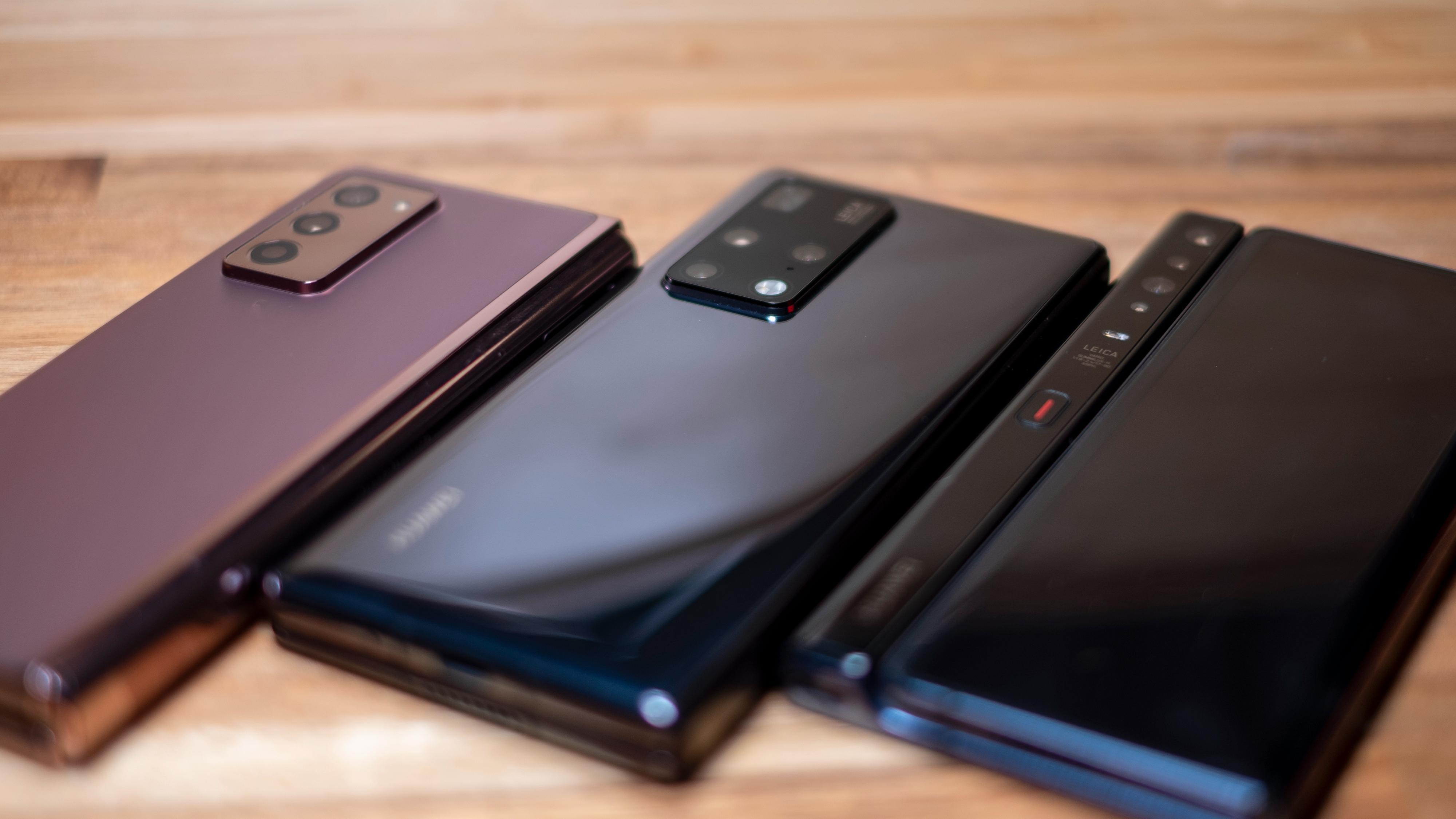 Baksiden av de tre brettemobilene - fra venstre; Galaxy Z Fold2, Mate X2 og Mate Xs - sistnevnte har ikke strengt tatt en bakside, siden bøyeskjermen går rundt hele telefonen.