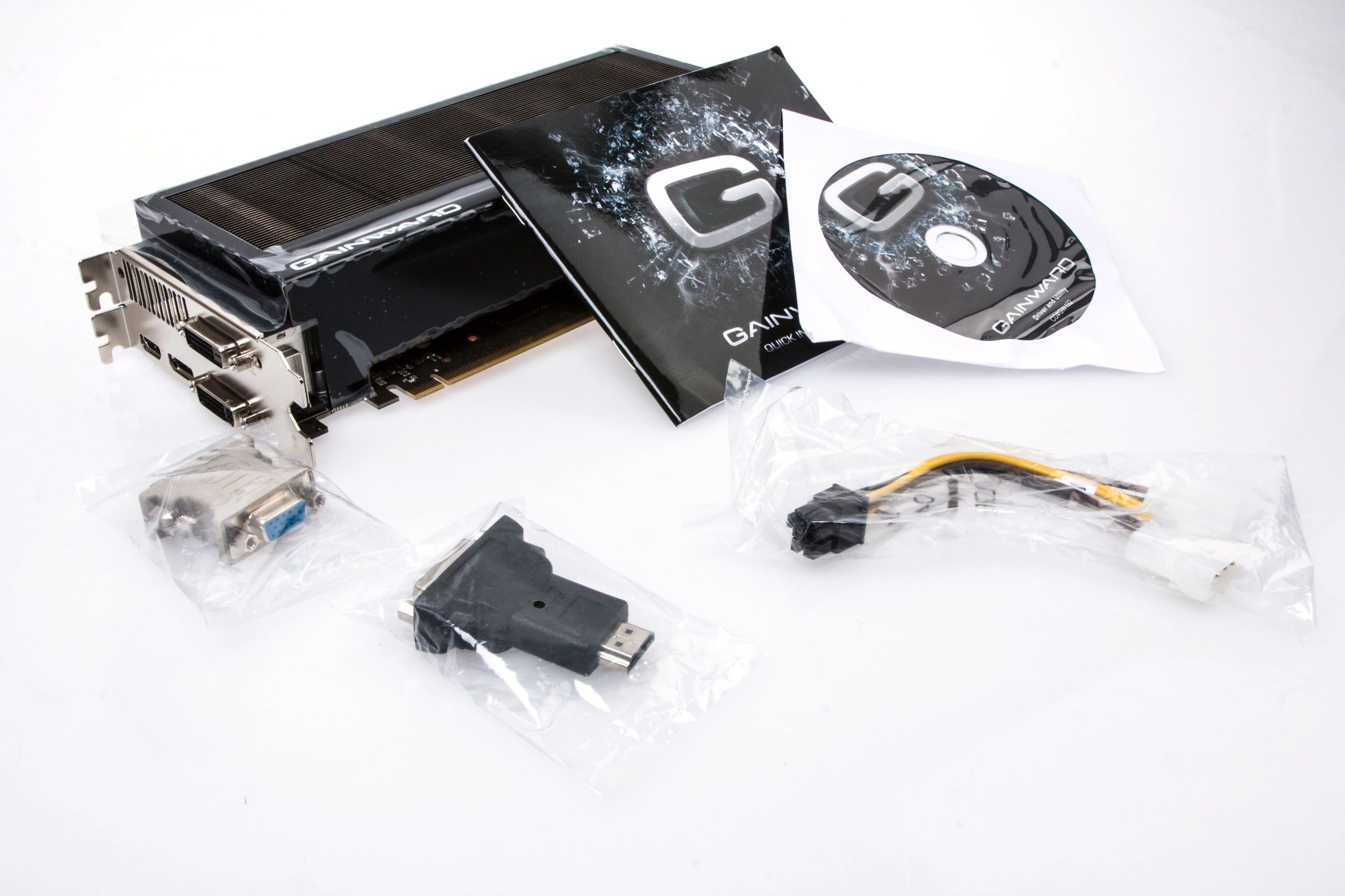 Gainward legger blant annet med en HDMI-til-DVI-overgang i sin pakke.Foto: Varg Aamo, Hardware.no