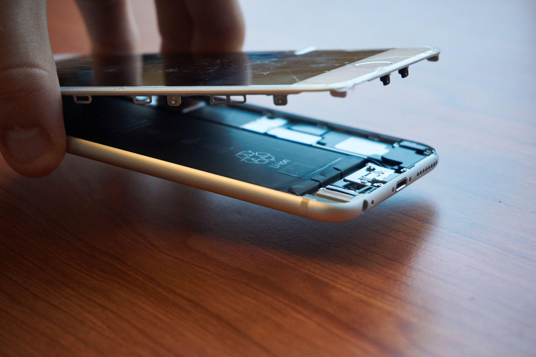Med skjermen løs ser vi tydelig Apples festemekanisme: metall- og plastklips. Et noe utradisjonelt valg, med tanke på at stor sett alle andre produsenter bruker lim til dette formålet.