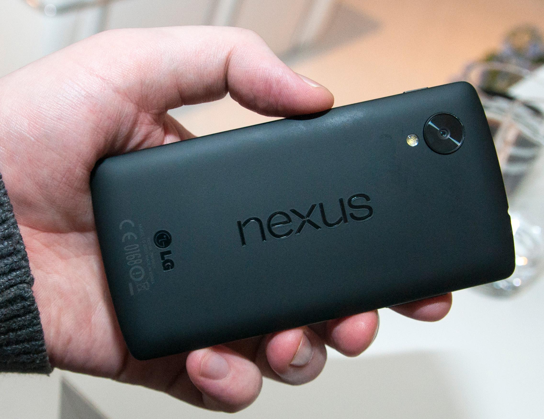 Designen på baksiden av telefonen har en del til felles med den vi kjenner fra nettbrettet Nexus 7.Foto: Finn Jarle Kvalheim, Amobil.no
