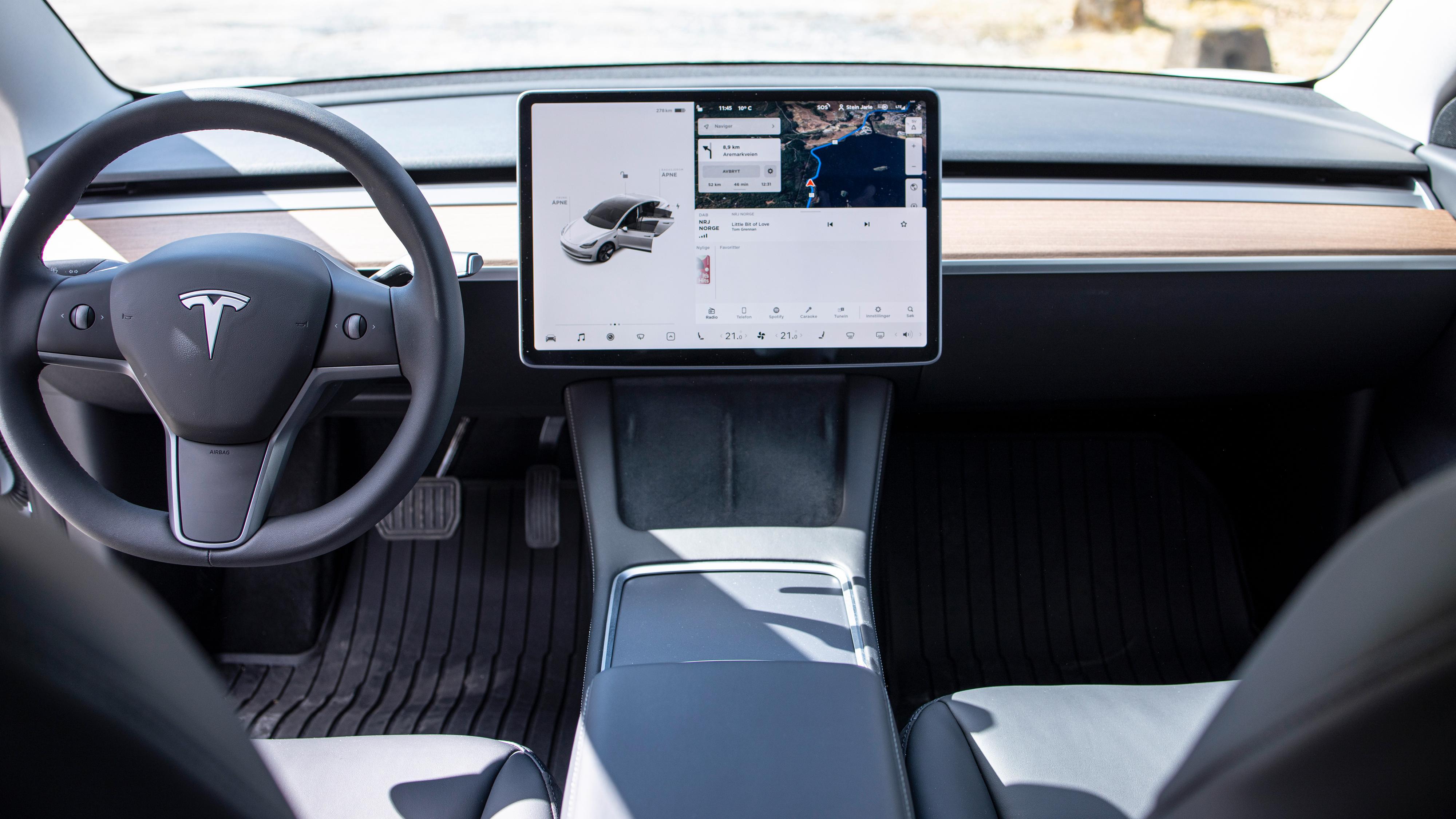 Minimalismen preger fortsatt førermiljøet i Model 3. Her får du som kjent ikke noe eget instrumentpanel foran rattet, all informasjonen må hentes fra skjermen i midten.