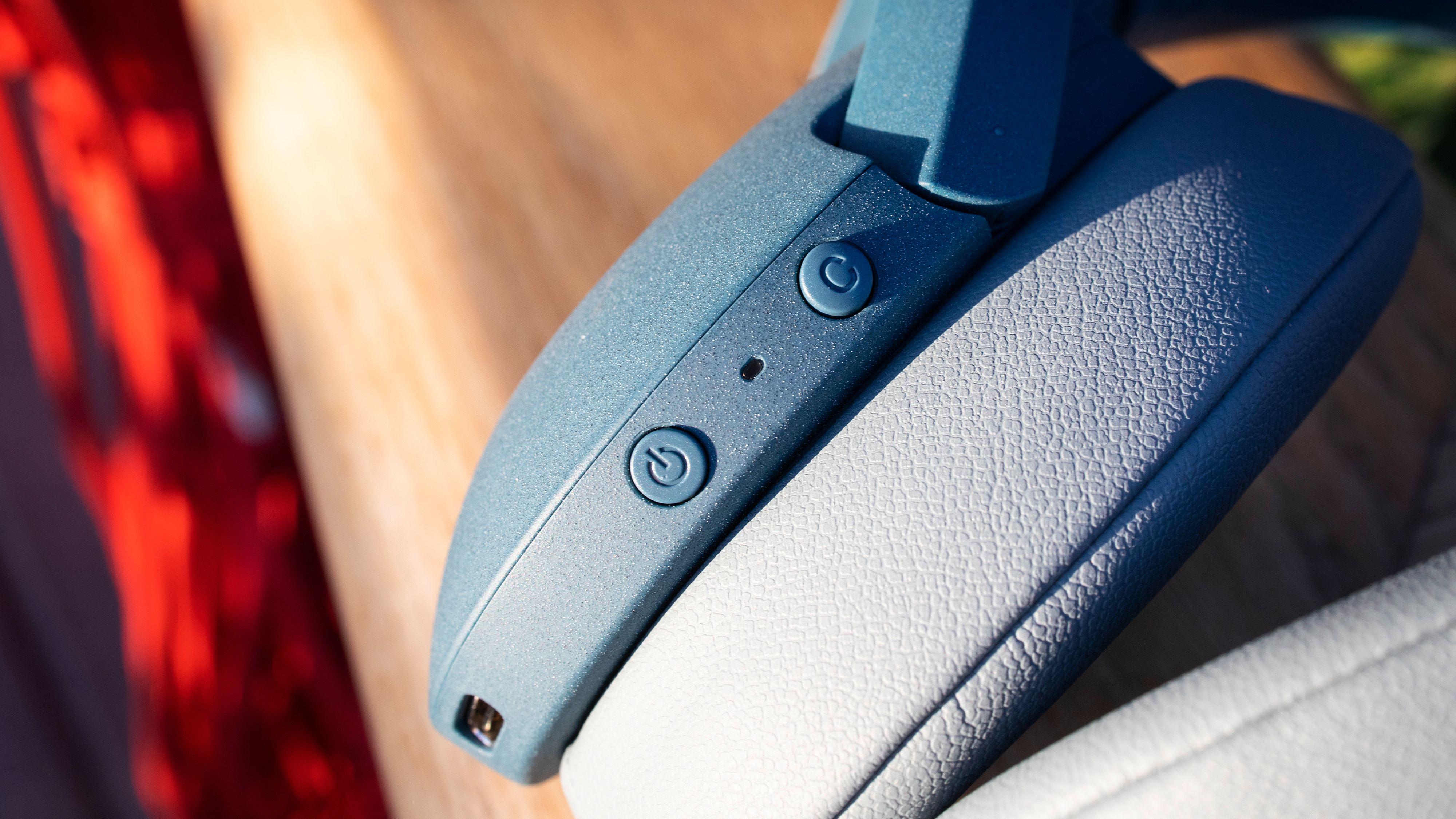 Strømknapp og en knapp du kan velge mellom om skal skifte mellom støydempingsmodus eller aktivere taleassistenten.