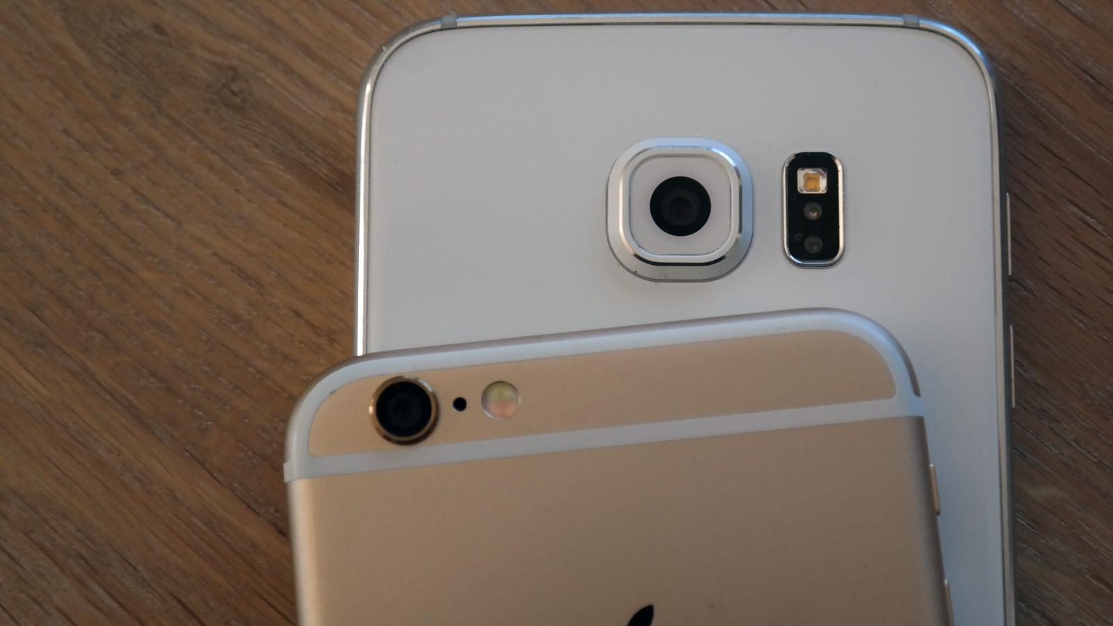 Begge kan ta bilder, men Samsungs kamera har høyere oppløsning.