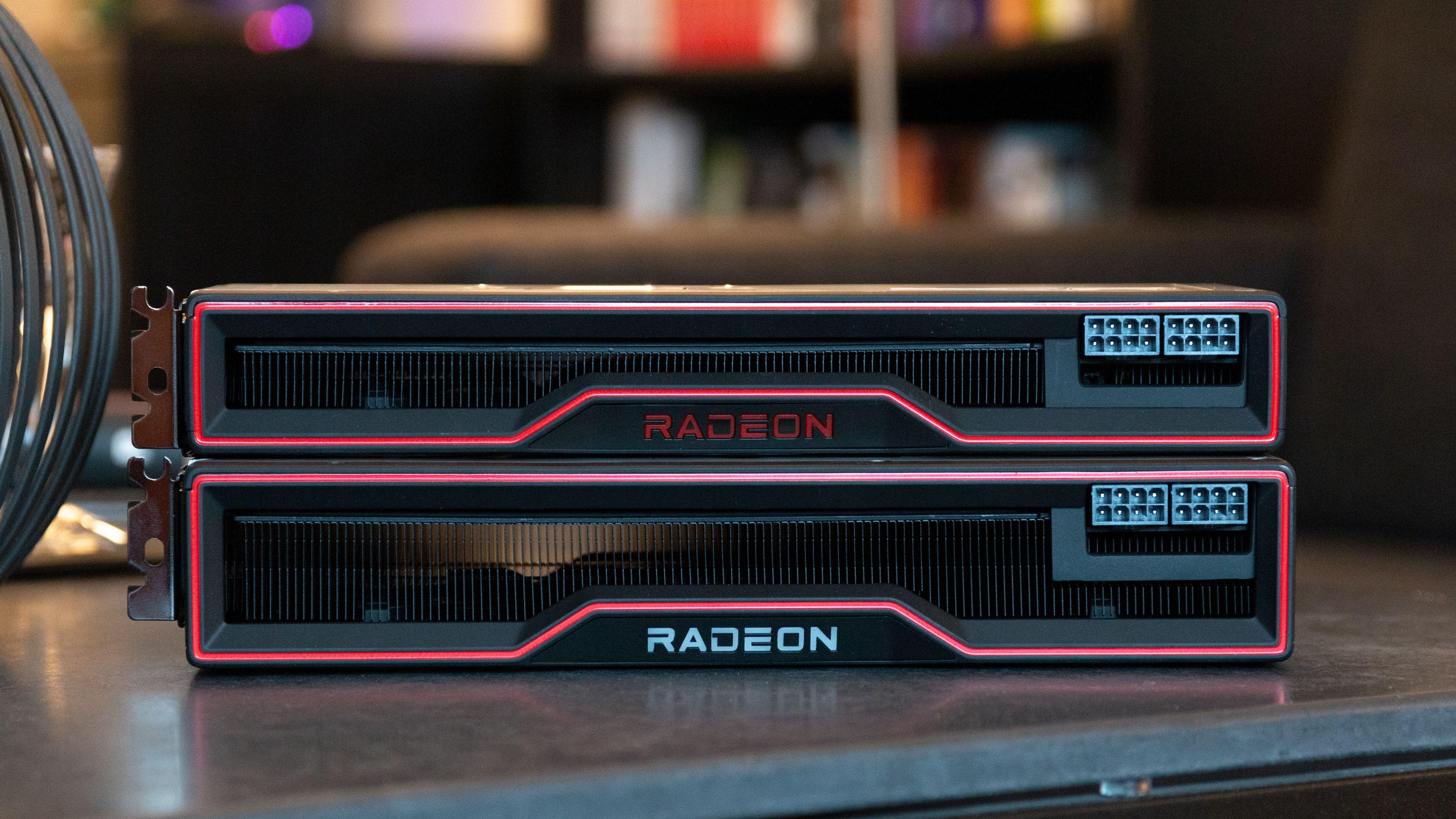RX 6800 XT under. RX 6800 på topp.