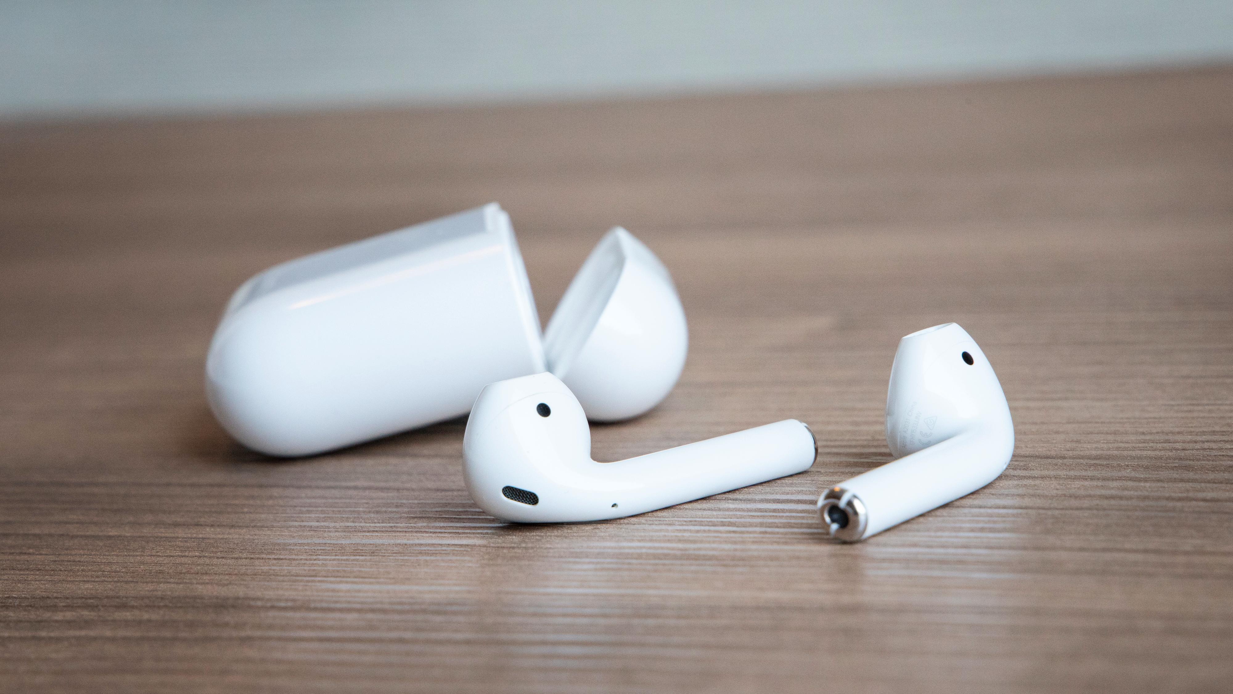AirPods 2 ser fullstendig ut som originalene. Det er på innsiden du finner en oppdatert prosessor, nyere Bluetooth og lenger taletid. Nå er det kanskje på tide med en tredje generasjon av proppene.