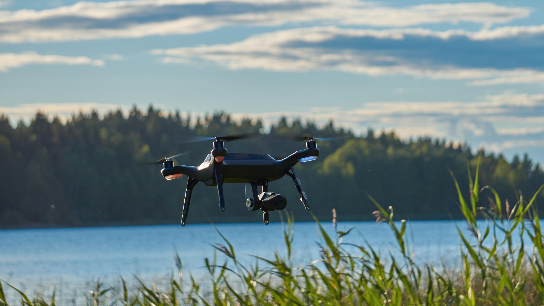 De smarte opptakene kan hjelpe deg med å lage kontrollerte videoer i stor hastighet over risikofyllt terreng, som for eksempel en innsjø. Da kan du fly ruten rolig først, og så la dronen fly raskere under «spolingen».
