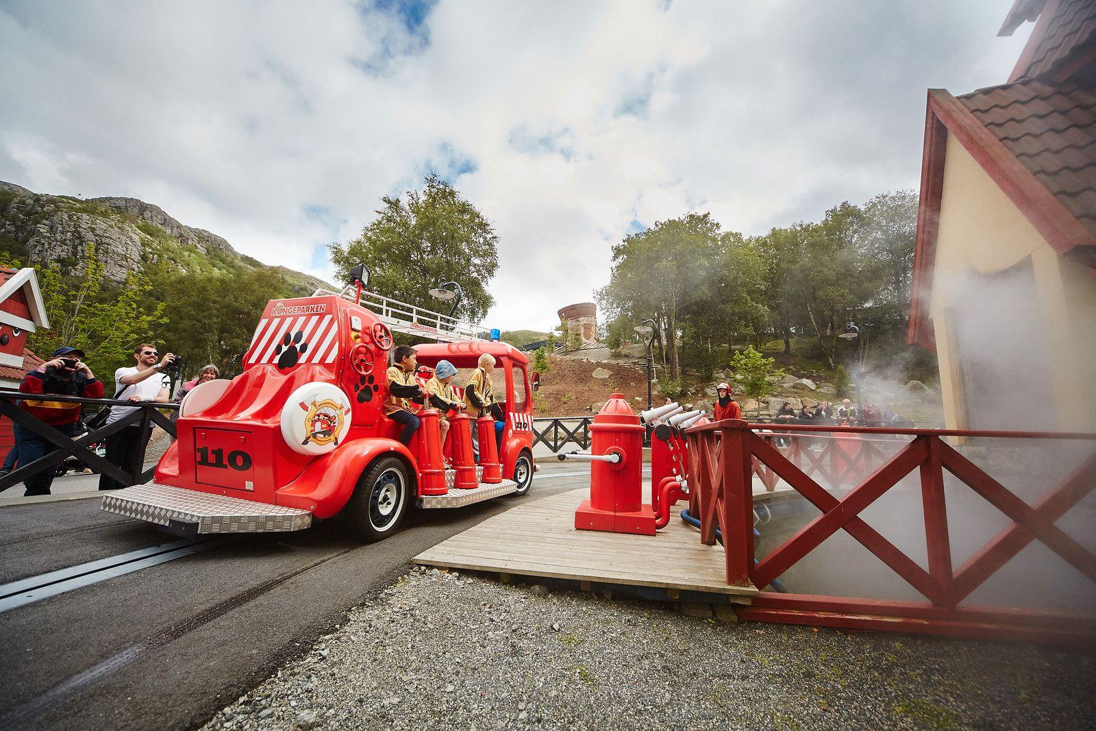 Små brannhelter: I Kongeparken kan du hente gratisbilletter til Barnas Brannstasjon og Sjokoladefabrikken.