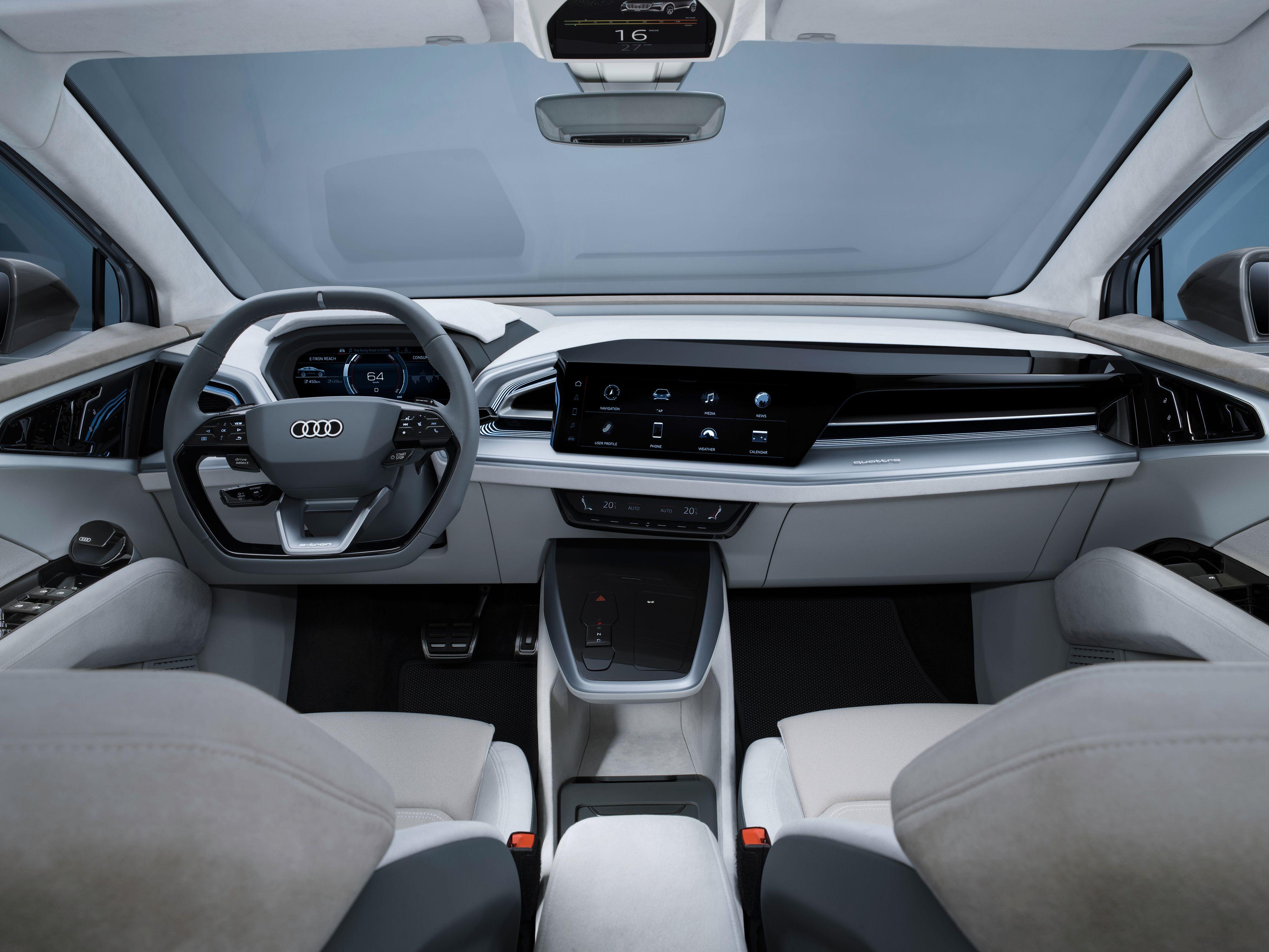 Audi peker naturligvis på bærekraft når de omtaler interiøret i Q4 e-tron. Gulvene skal være dekket i resirkulerte materialer, mens setene er trukket i alcantara. Skjermen i midtkonsollen måler for øvrig 12,3 tommer.
