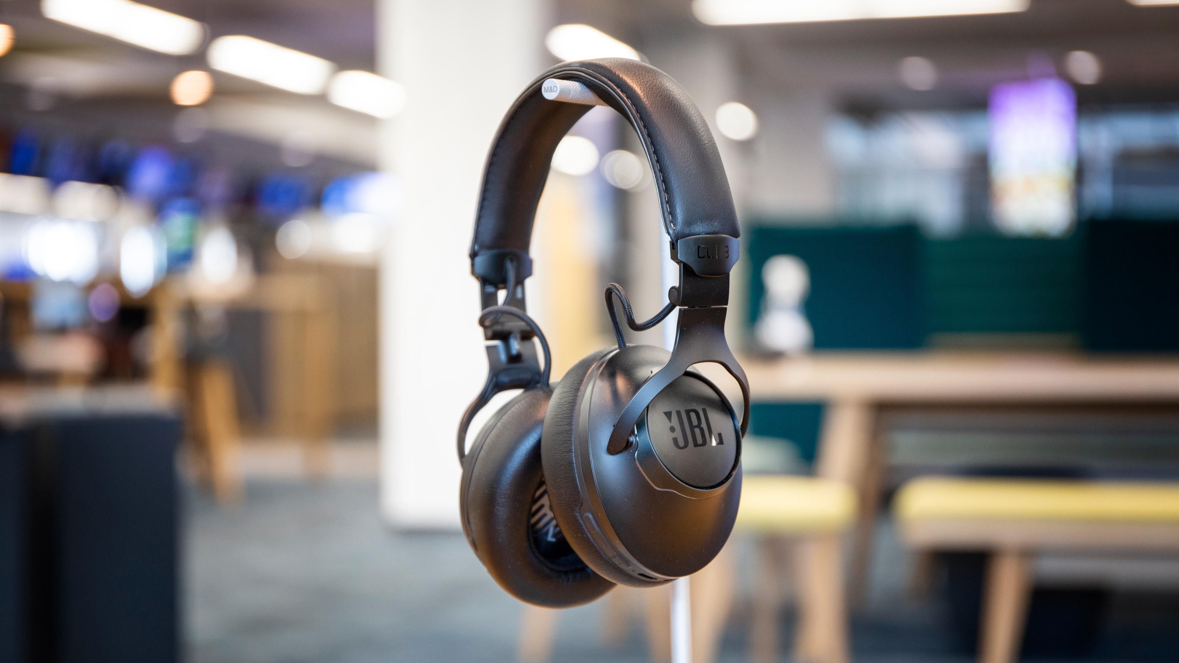 Club One er JBLs nye flaggskip blant hodetelefoner - med støydemping og elementer av grafén.