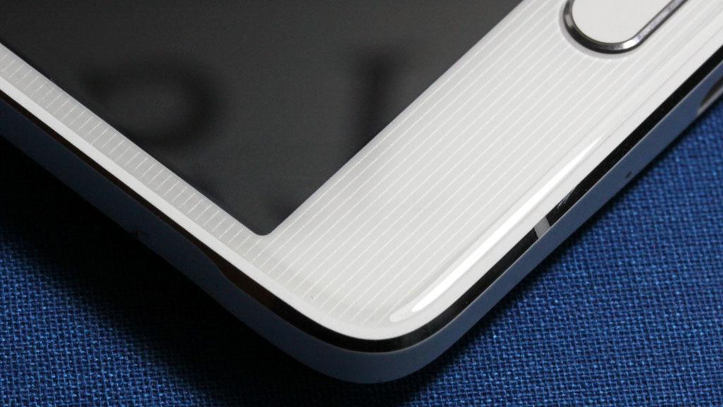 Her ser du hvordan glasset er buet mot kanten av telefonen. Legg også merke mønsteret under glasset. Det er ikke så lett å få øye på når du ser telefonen i virkeligheten.Foto: Espen Irwing Swang, Amobil.no