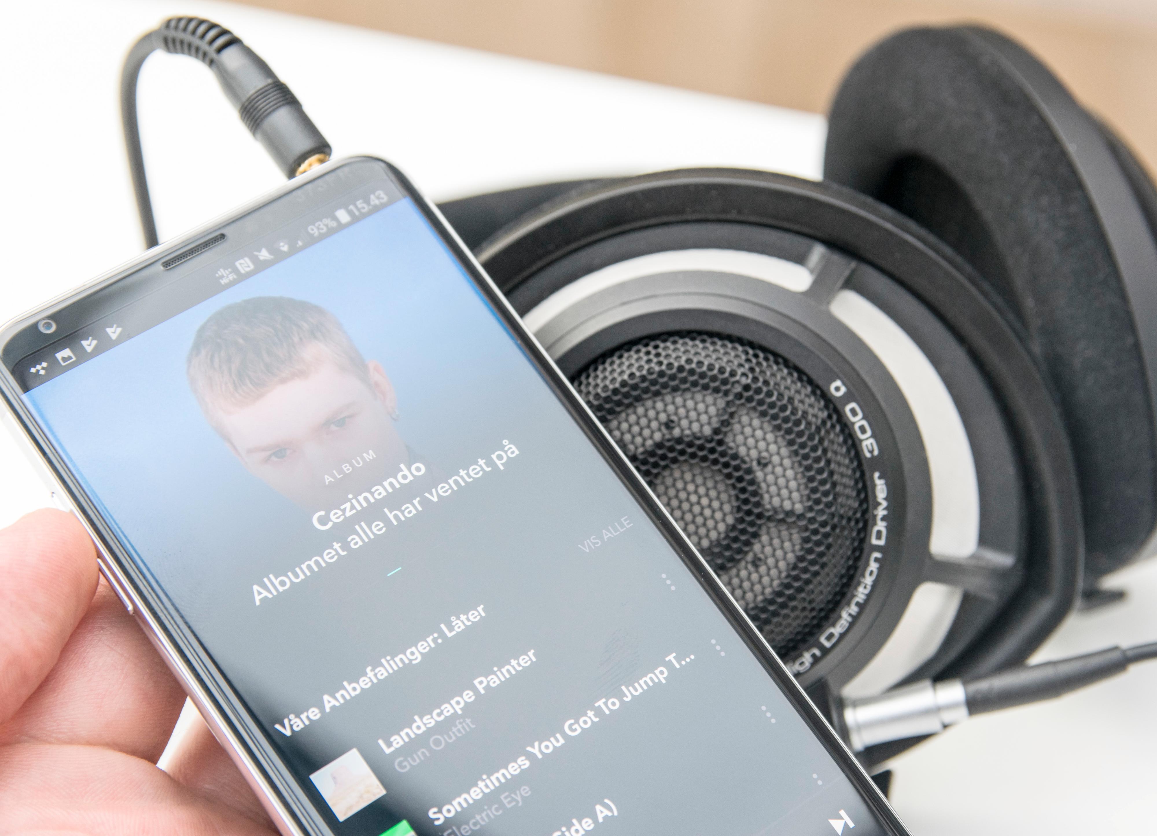 Selv om propper kanskje er det mest aktuelle for V30, har ikke telefonen noe imot å drive Sennheisers HD800S - et relativt tungdrevet sett hodetelefoner. Det er flerfoldige divisjoner mellom lyden på V30 og Samsungs Galaxy-toppmodeller om man kobler på såpass krevende utstyr som dette.