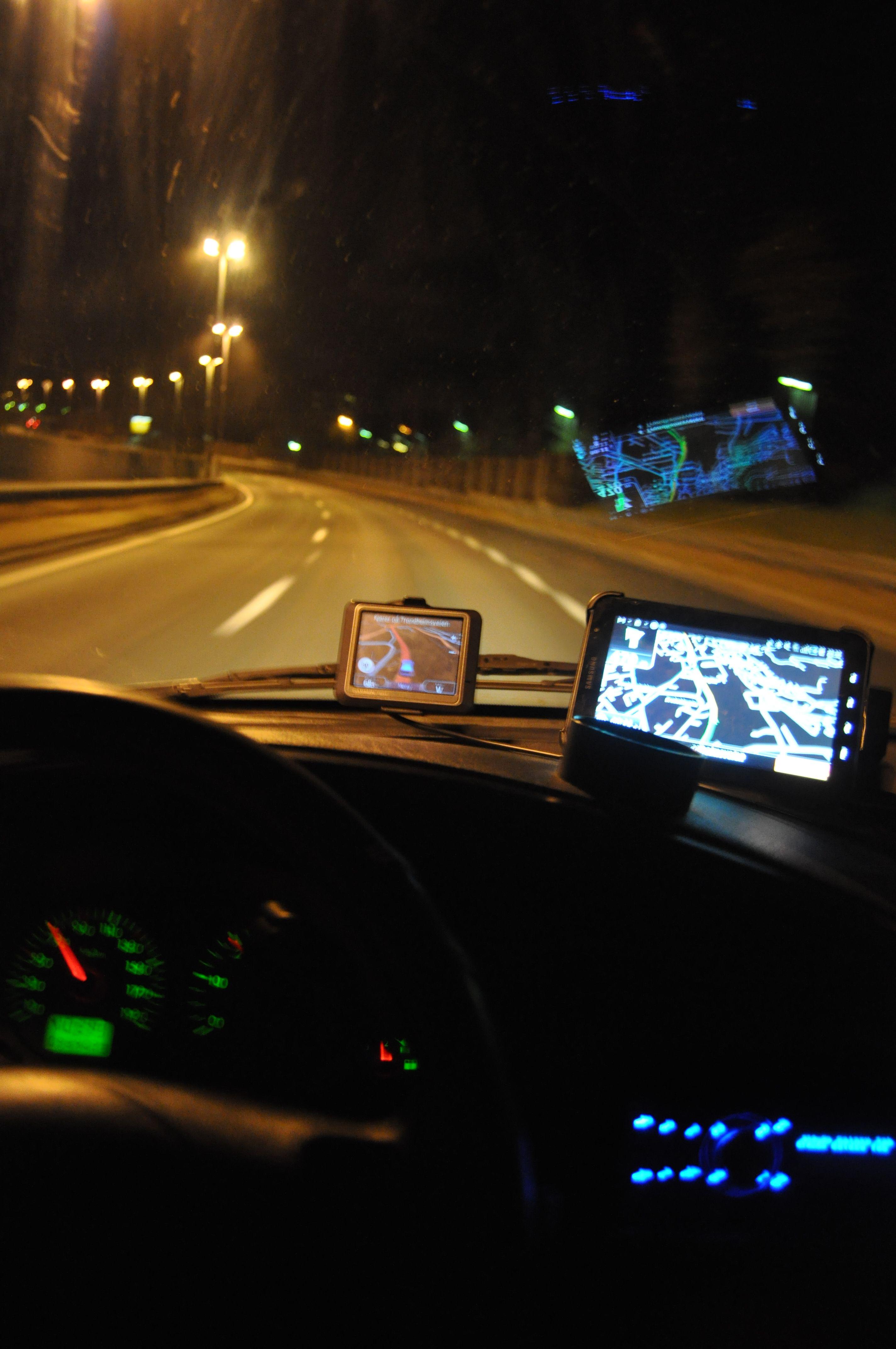 Galaxy Tab er av det beste selskapet vi har hatt i en bil. Guiding, musikk og telefoni spilles av over bilstereoen, så lenge man har støtte for Bluetooth. Veien er selvsagt også kort til Galaxy Tabs mange andre funksjoner.