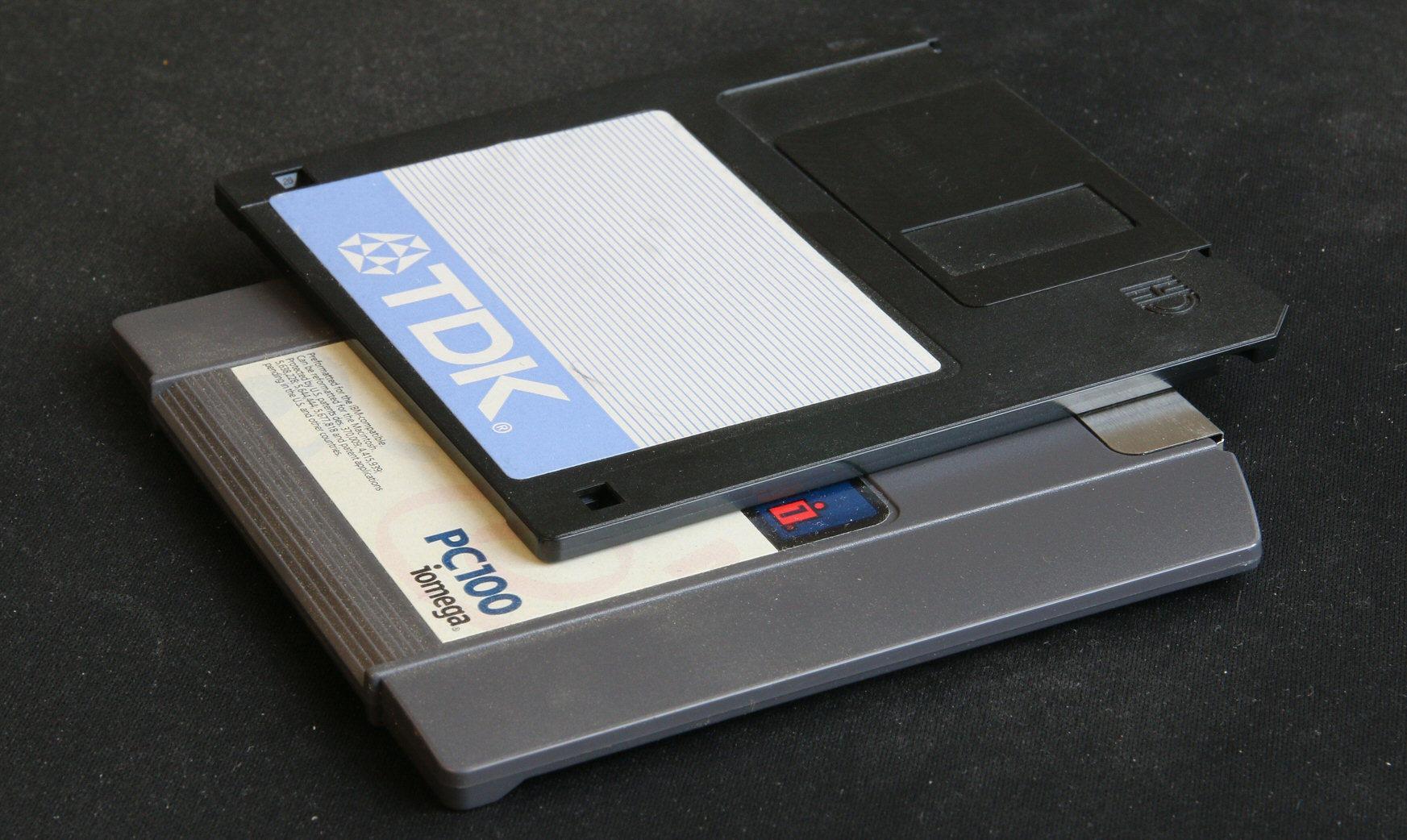 Zip-disketten var bare litt større og tykkere enn en vanlig 3,5-tommers diskett, men rommet langt mer data.Foto: Vegar Jansen, Hardware.no