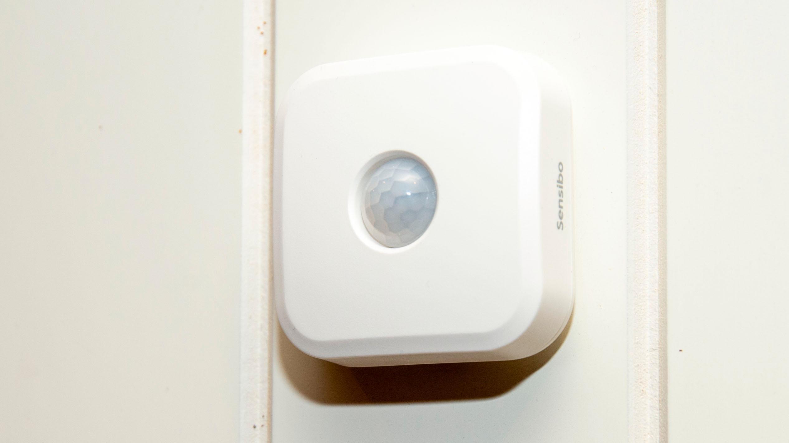 Sensoren skal stå et sted i rommet hvor den kan «se» om noen er hjemme. Den måler også temperatur og luftfuktighet.