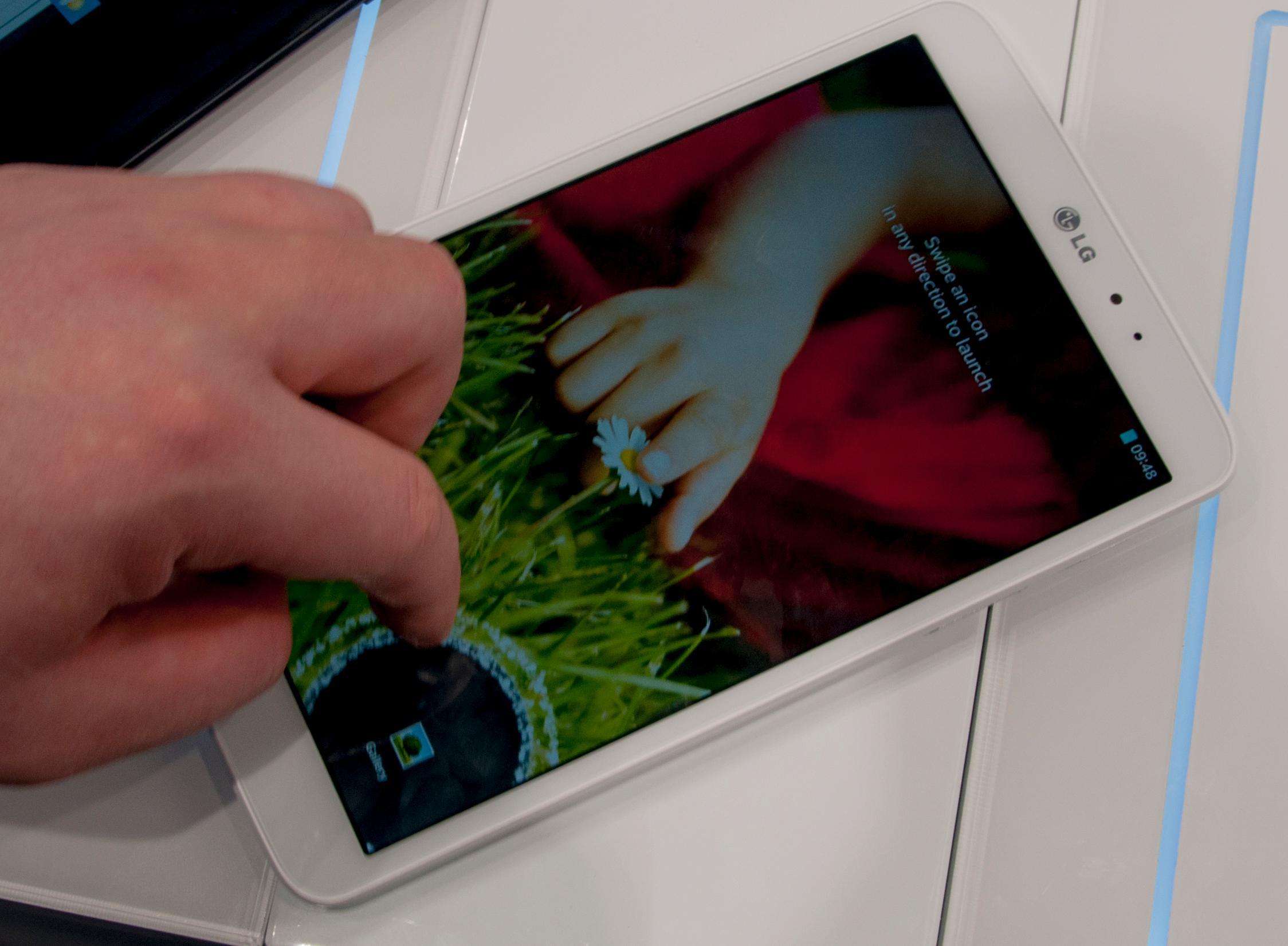 Når du sveiper over låseskjermen åpner det seg en ring rundt fingeren din. Her bruker vi en av snarveiene nederst på skjermen. Sveiper du lenger oppe på skjermen vises skjermbildet bak låseskjermen inni ringen.Foto: Finn Jarle Kvalheim, Amobil.no