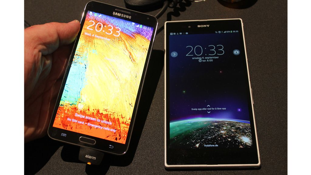 Samsung Galaxy Note 3 er stor, men blir puslete ved siden av Sony Xperia Z Ultra. Foto: Espen Irwing Swang, Amobil.no