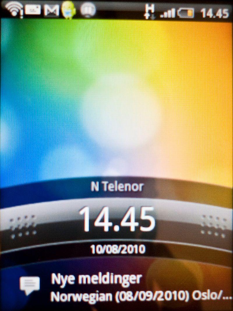 Slik ser låseskjermen ut. Dette er HTCs grensesnitt Sense som ligger på alle produsentens Android-mobiler.