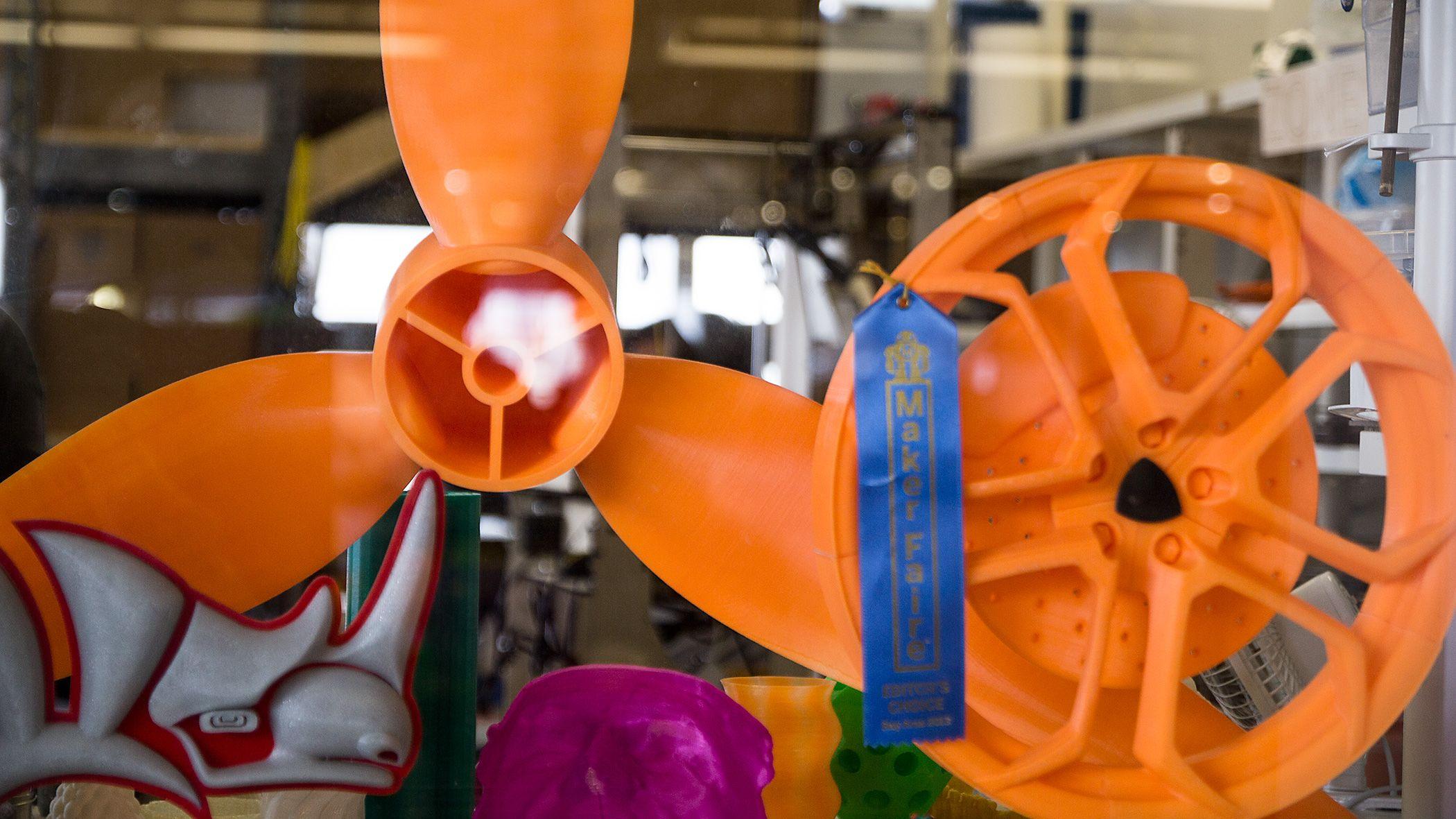 Flere spennende modeller står utstilt i kontorvinduet ut mot resten av TechShop-verkstedet.Foto: Varg Aamo, Hardware.no