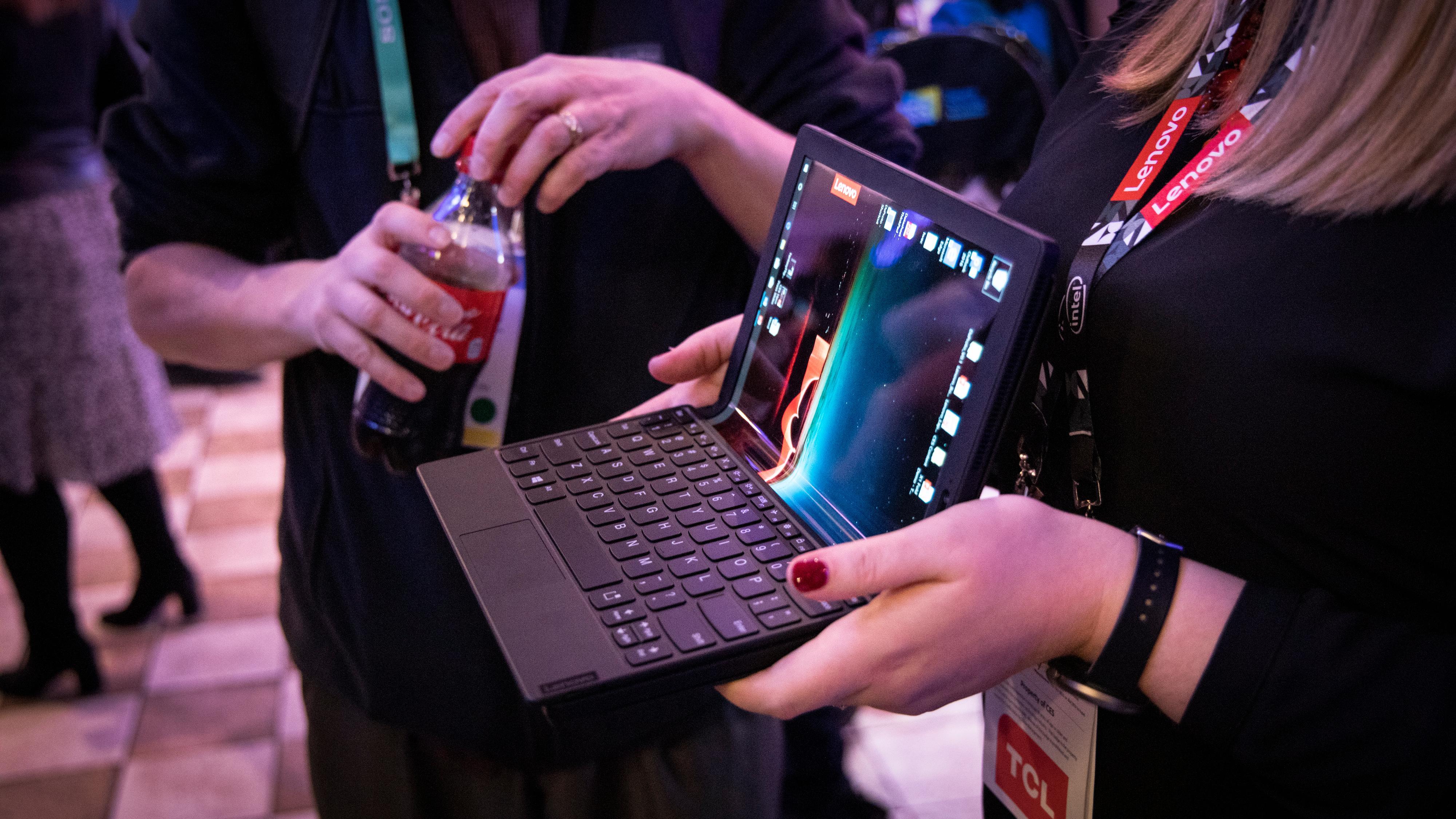 Det medfølgende blåtann-tastaturet kan festes på maskinen ved hjelp av magneter om du ønsker å bruke den som en litt mer vanlig laptop.