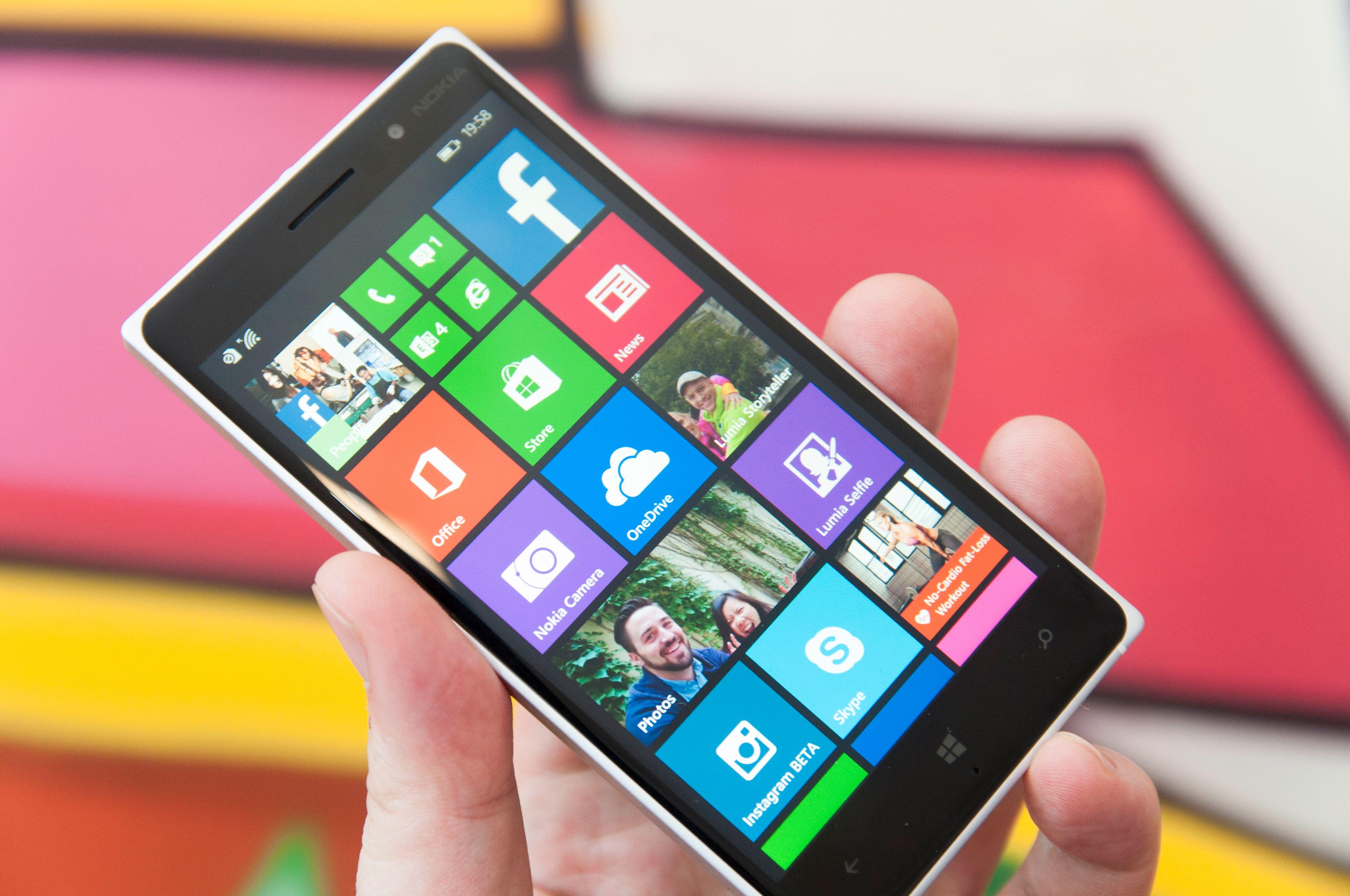 Lumia 830 likner veldig på storebror Lumia 930. Like toppspesifisert er den ikke, men avstanden føles likevel ikke stor.Foto: Finn Jarle Kvaheim, Amobil.no