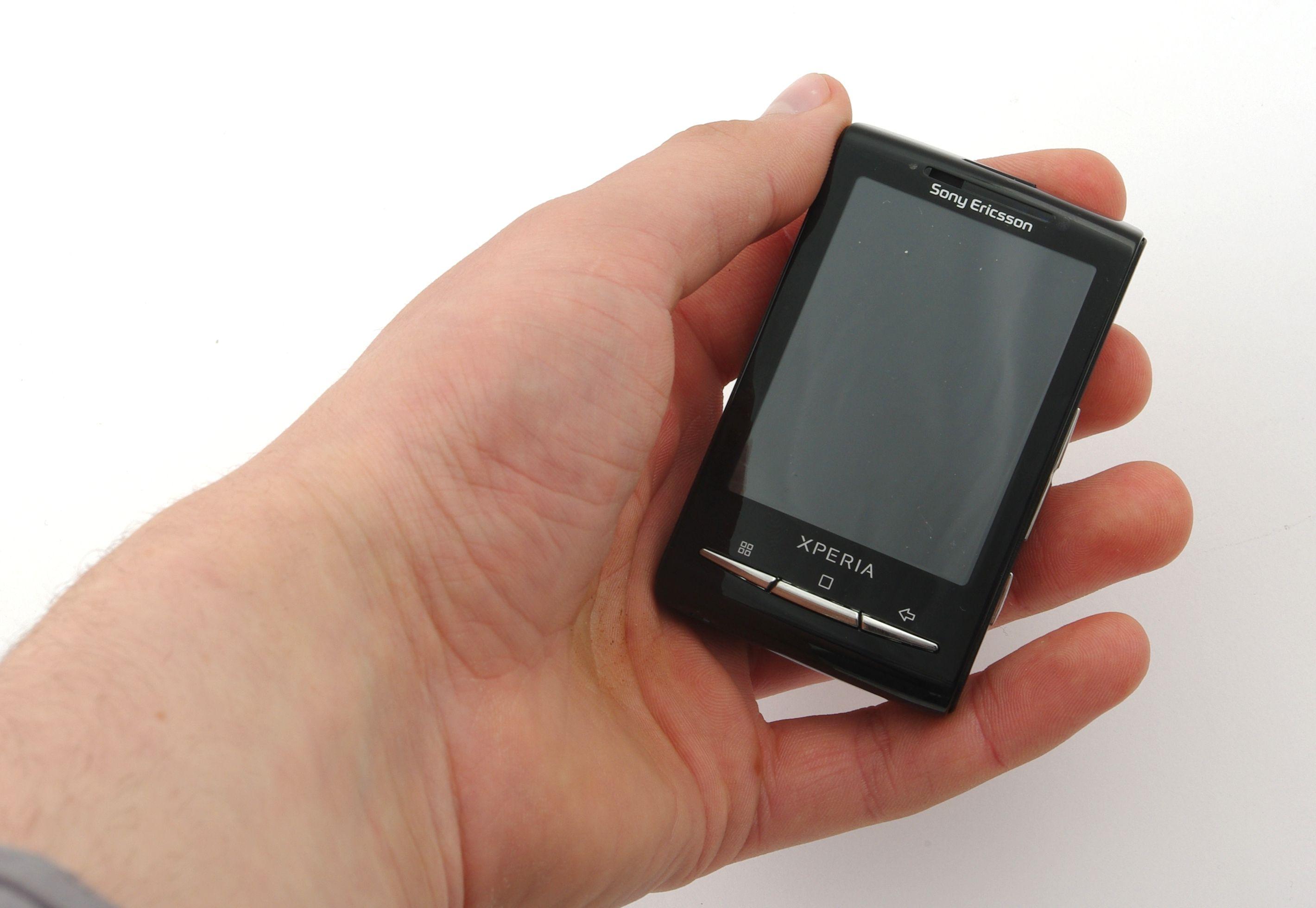 Selv hånden til en nett håndmodell blir stor i forhold til X10 Mini.