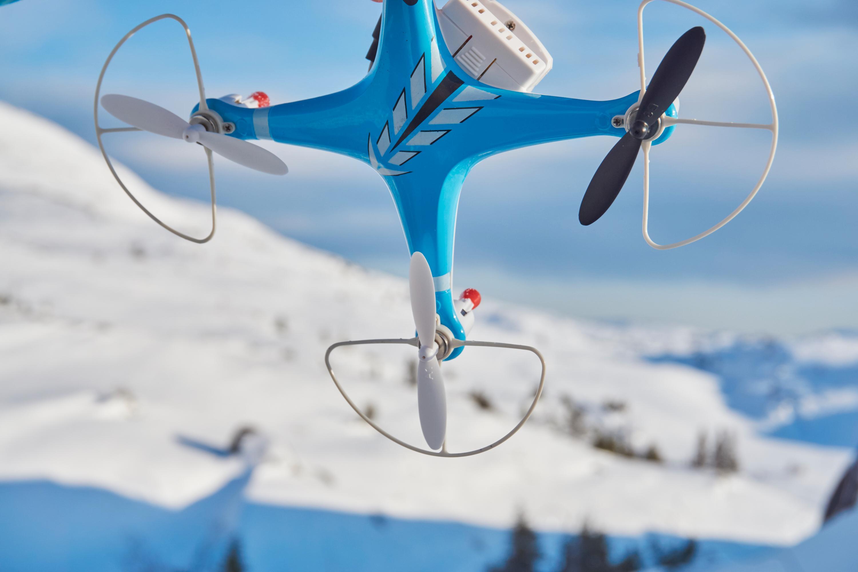 Billig, lett og ganske skjør plast preger konstruksjonen av de to dronene.