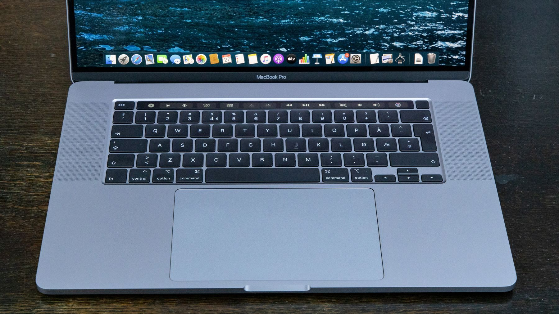 """Tastaturet på nye MacBook Pro 16"""" ser ganske likt ut som før, men i praksis føles det langt bedre enn modellene med «sommerfugl»-brytere."""