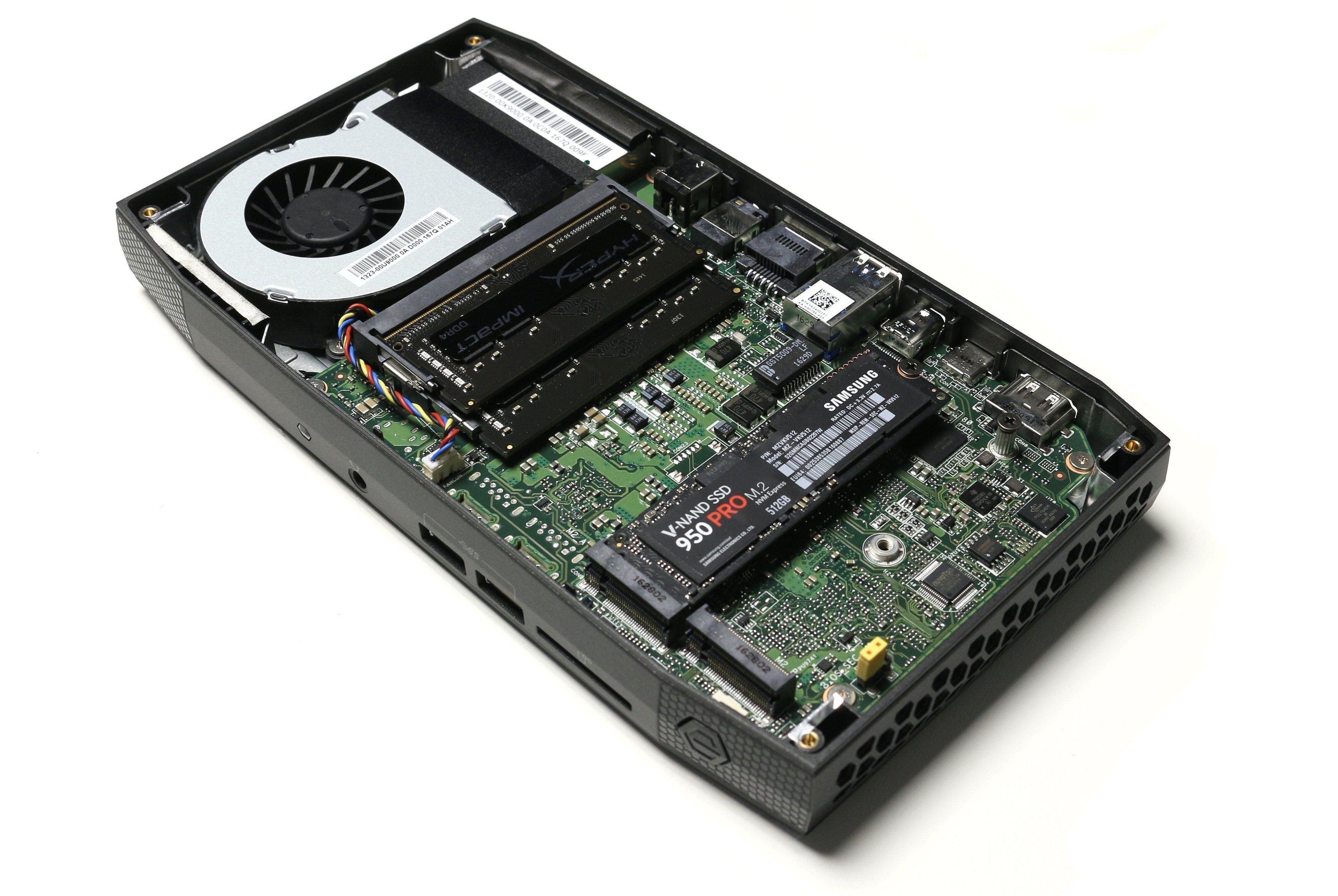 Her er Intel NUC6i7KYK med to minnemoduker og en M.2-SSD installert.