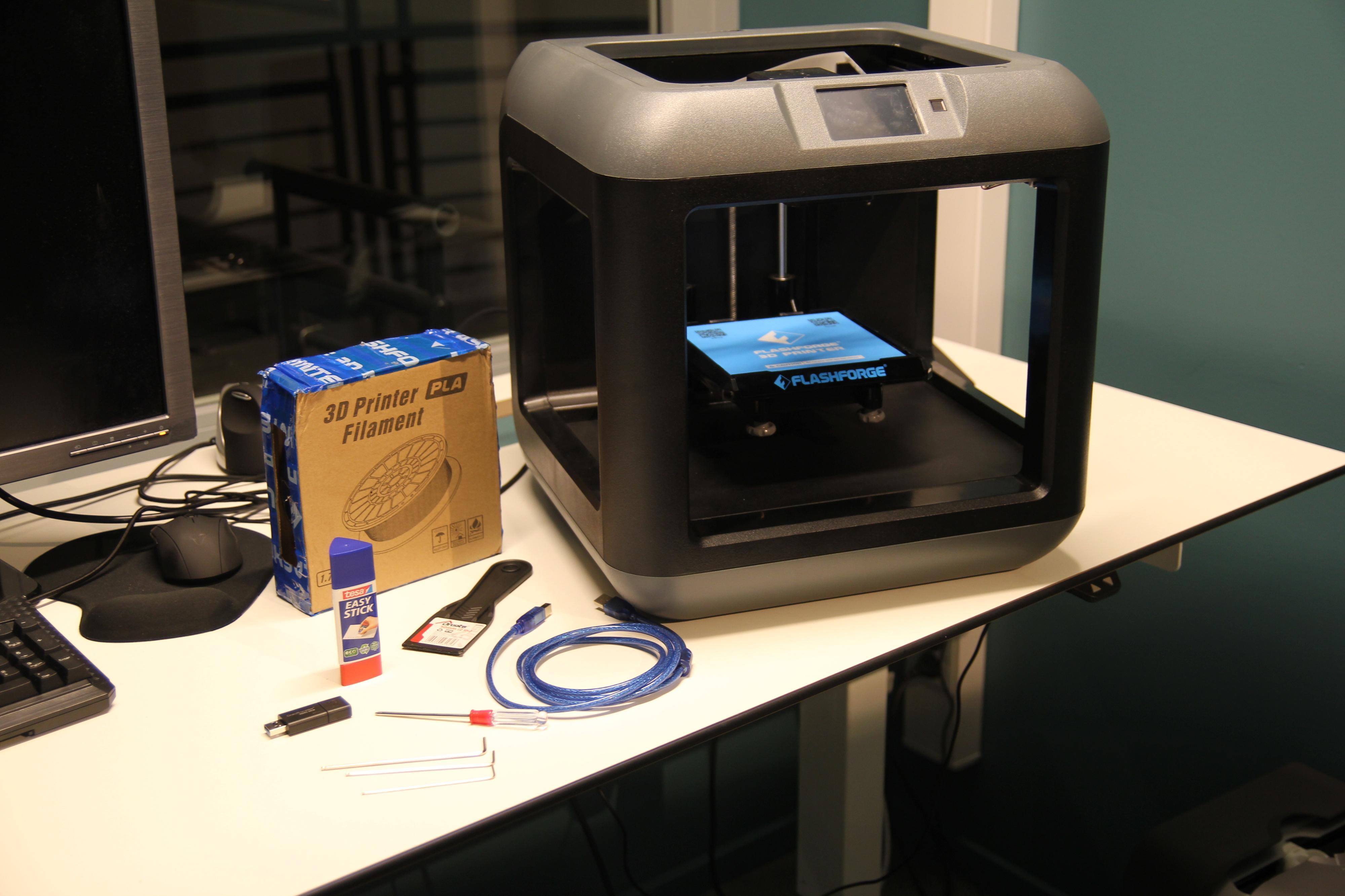FlashForge Finders skriveplate er 140x140x140 mm stor. Standard PLA-filament (1,75 mm tykk) på rull kan du kjøpe hvor som helst. Vanlig hobbylim på stift gir god heft for modellene du skriver ut.