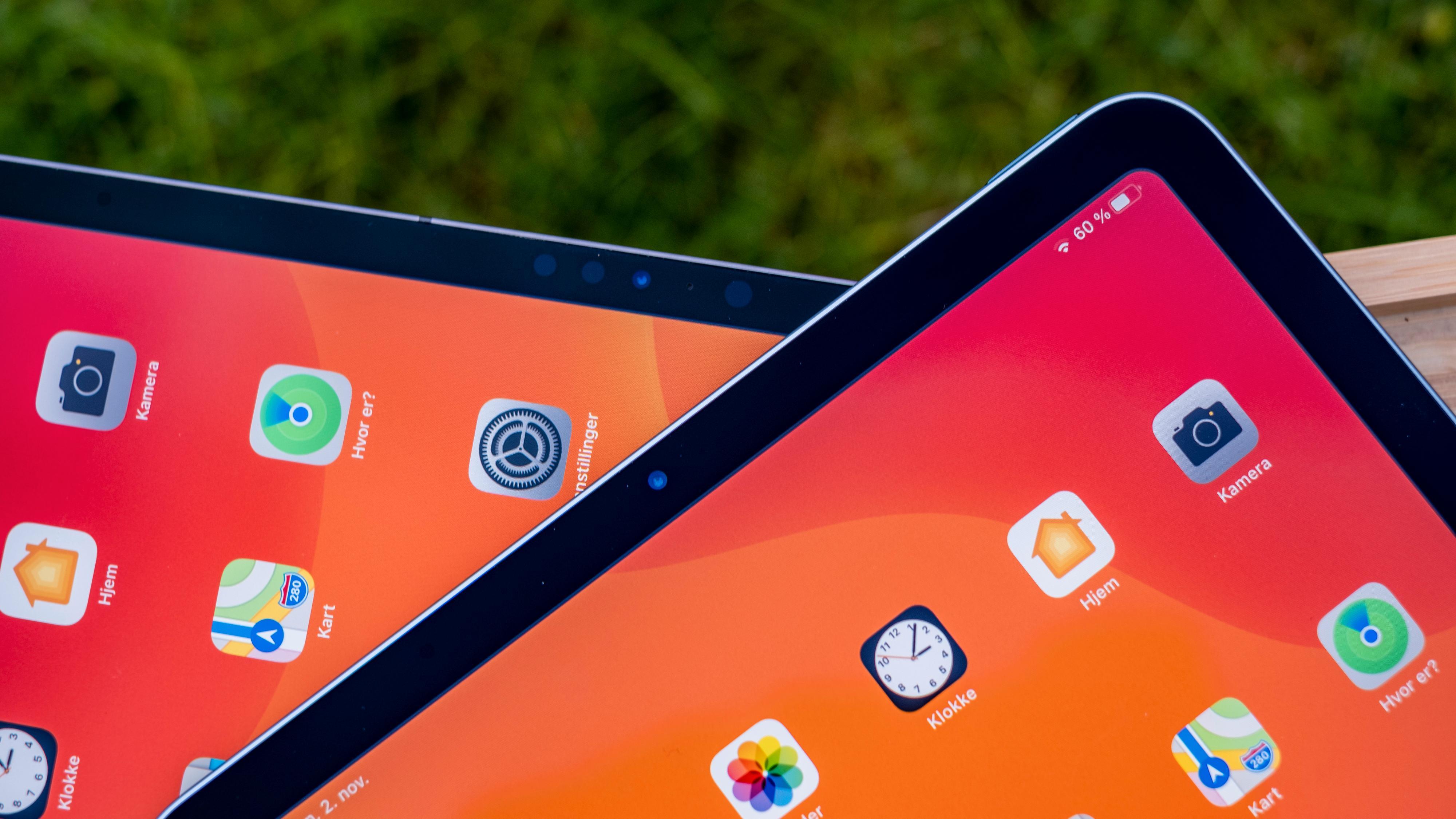 Om du ser godt etter ser du at iPad Pro-skjermen i bakgrunnen titter på deg med langt flere øyne enn iPad Air-skjermen i forgrunnen. Det er de mange sensorene som gir iPad Pro FaceID-lås.