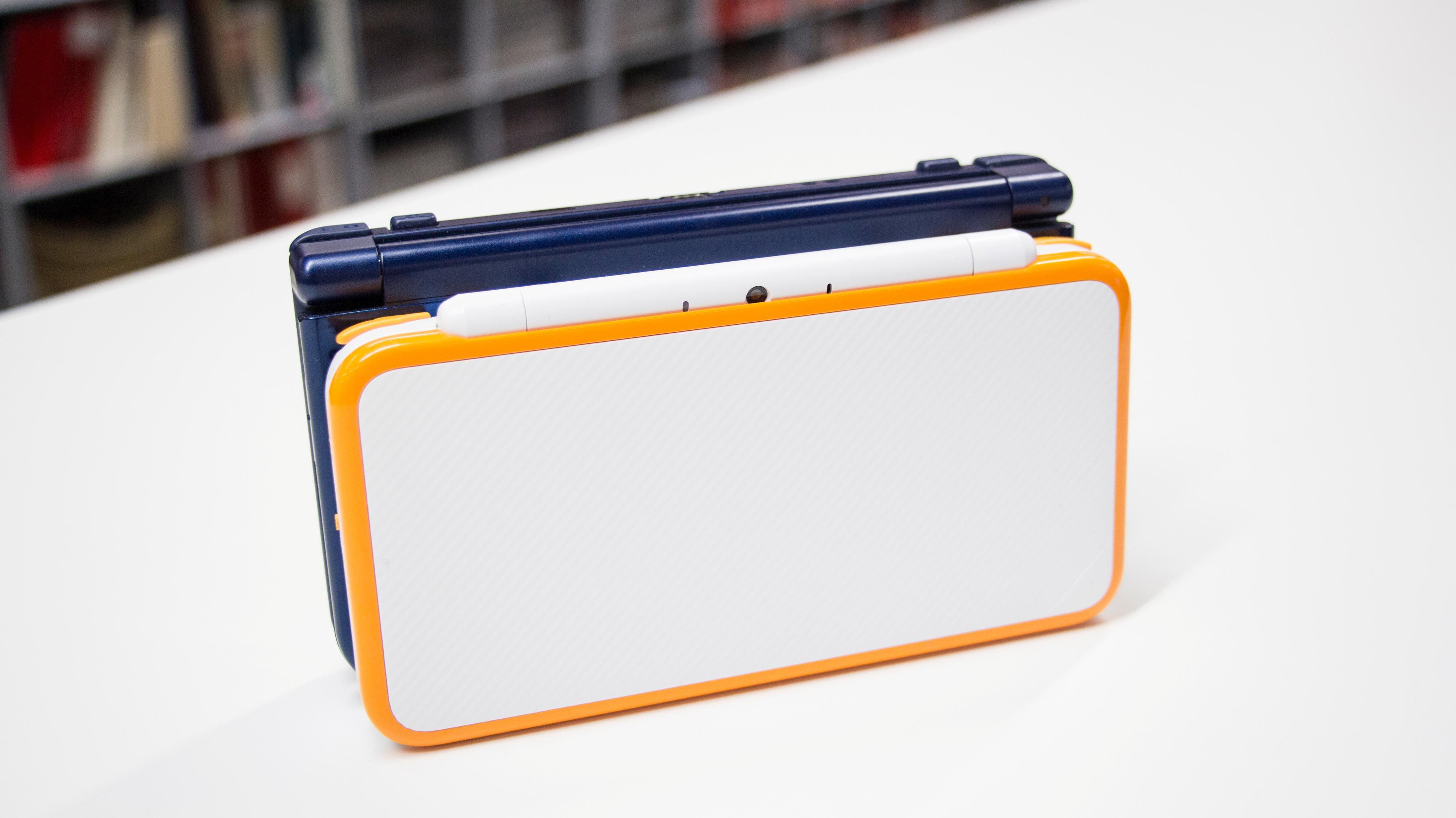 Fysisk er 2DS XL litt mindre enn storebror 3DS XL. Den lille humpen på baksiden er imidlertid ikke veldig kledelig.