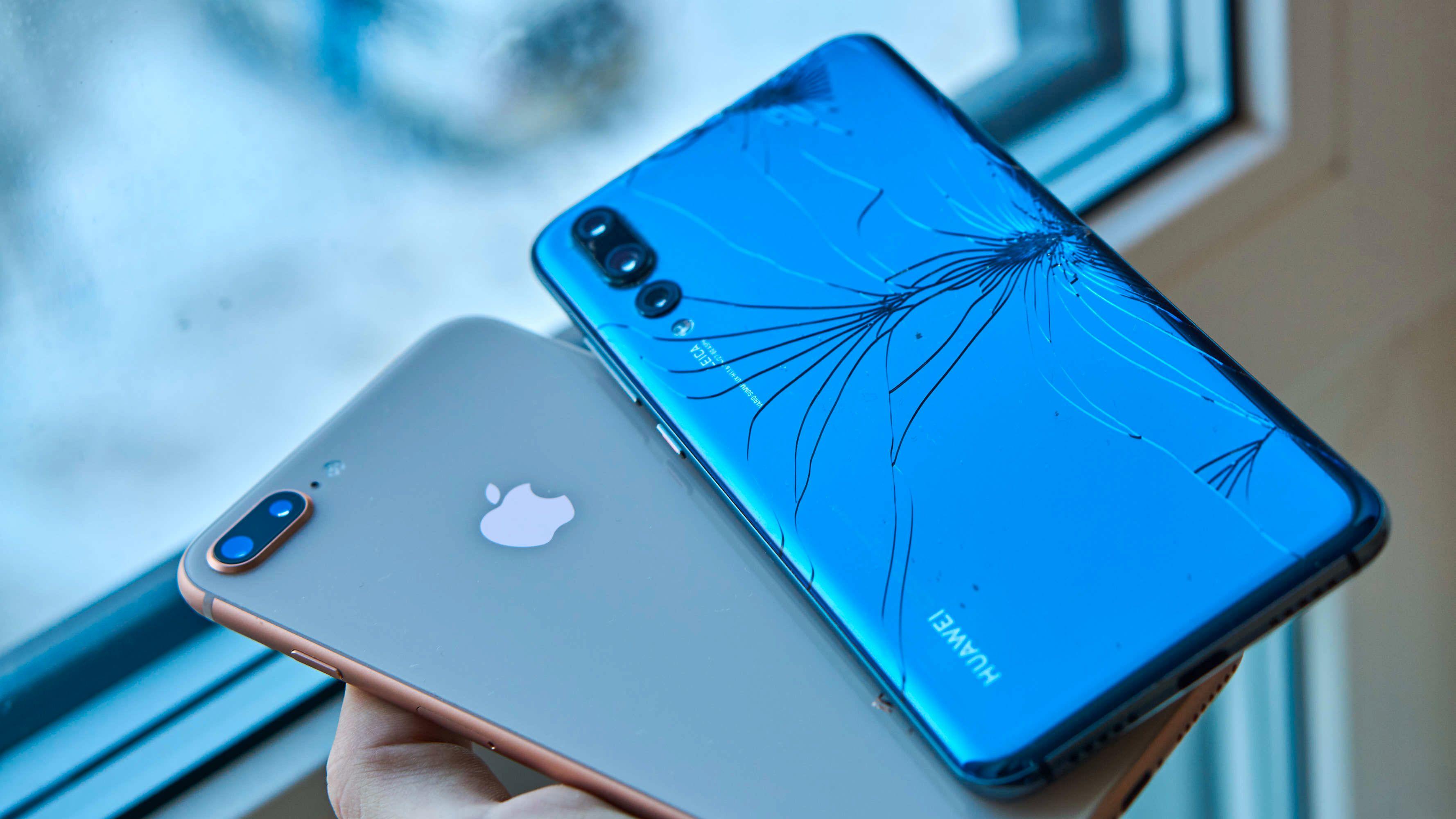 Eier du en glasstelefon av type Android (høyre) lever du ganske trygt. Er du derimot eplebruker, vel, da bør du behandle telefonen som om den var av porselen eller eventuelt ha både dype lommer og stor reparasjonsvilje.