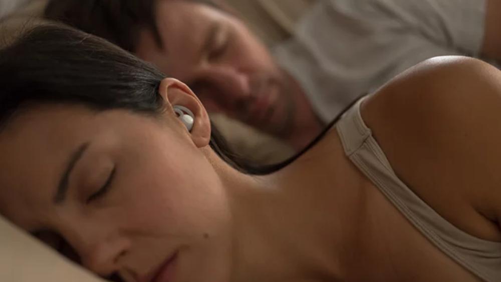 Disse ørepluggene stenger ute snorkingen og gir deg søvndyssende lyder i stedet