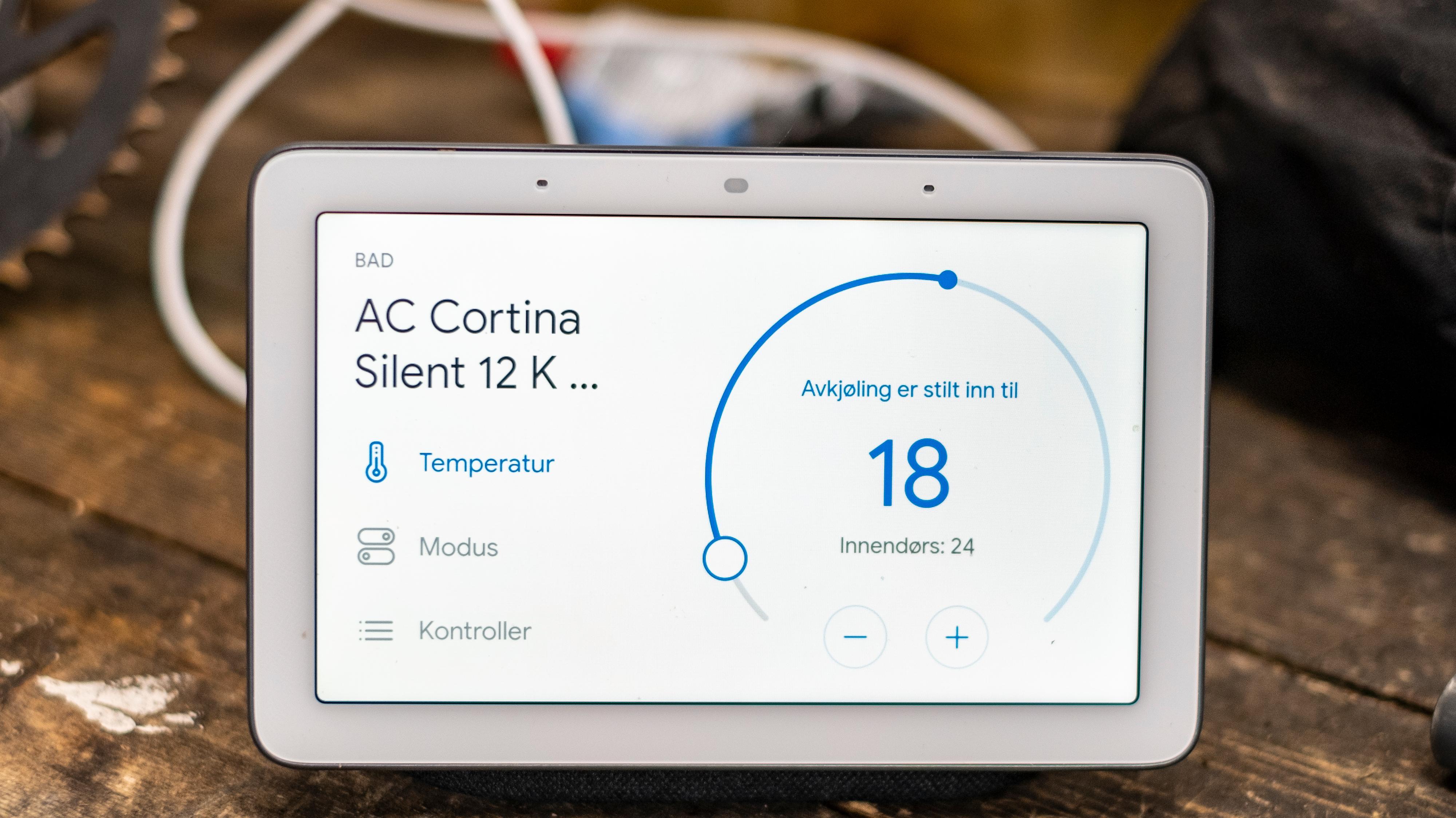Det er greit å styre Cortina fra Google-assistenten, men å styre noe mer enn av, på og temperatur viste seg krøkkete. Det er mulig å endre noen innstillinger ved å trykke direkte på skjermen, men her vises det også til oppvarming som ikke er en funksjon denne boksen har. Alt tyder på at app og Google ikke snakker helt 100 prosent med hverandre.