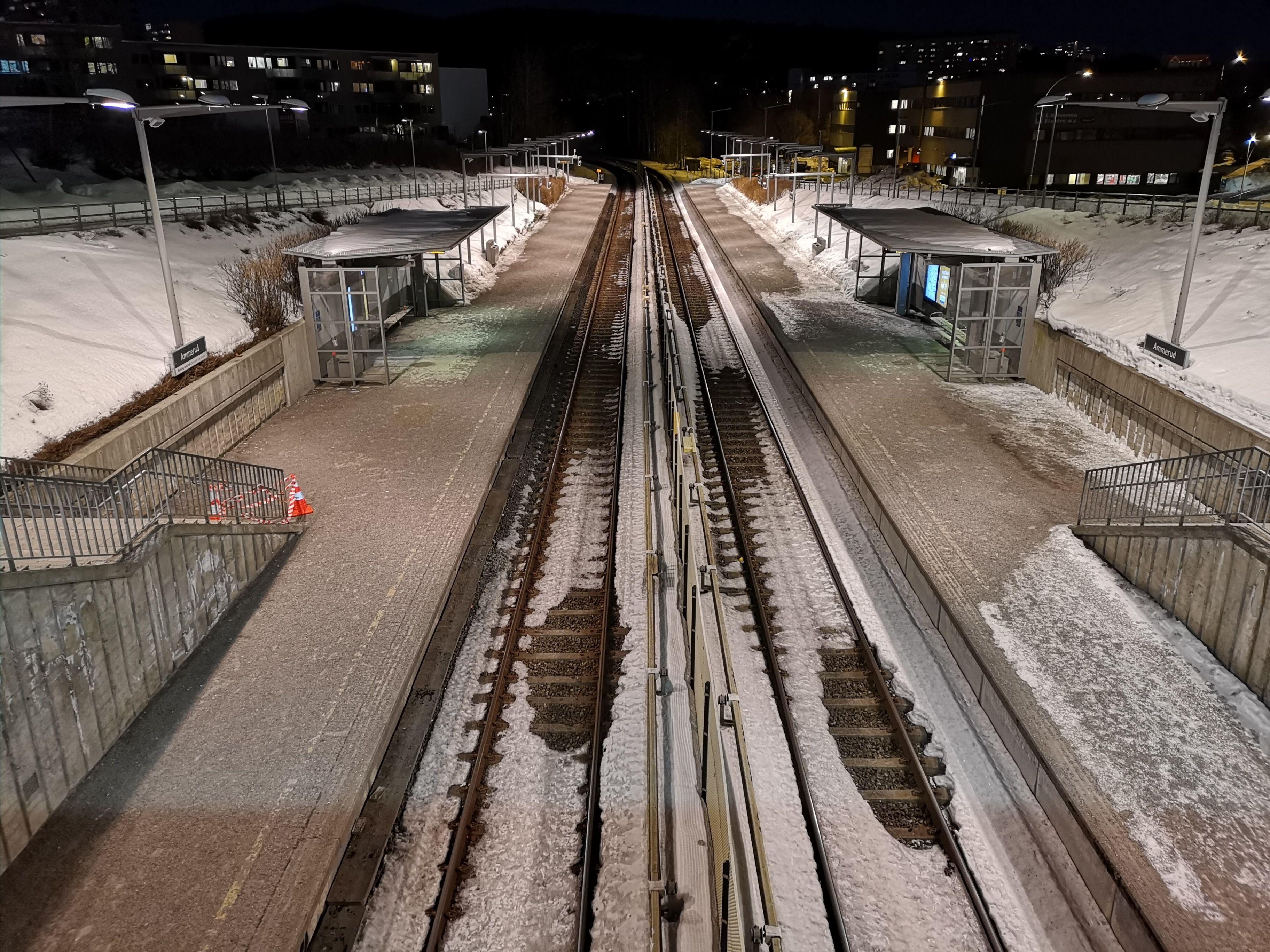 Dette er en tre sekunder lang eksponering av Ammerud T-banestasjon.