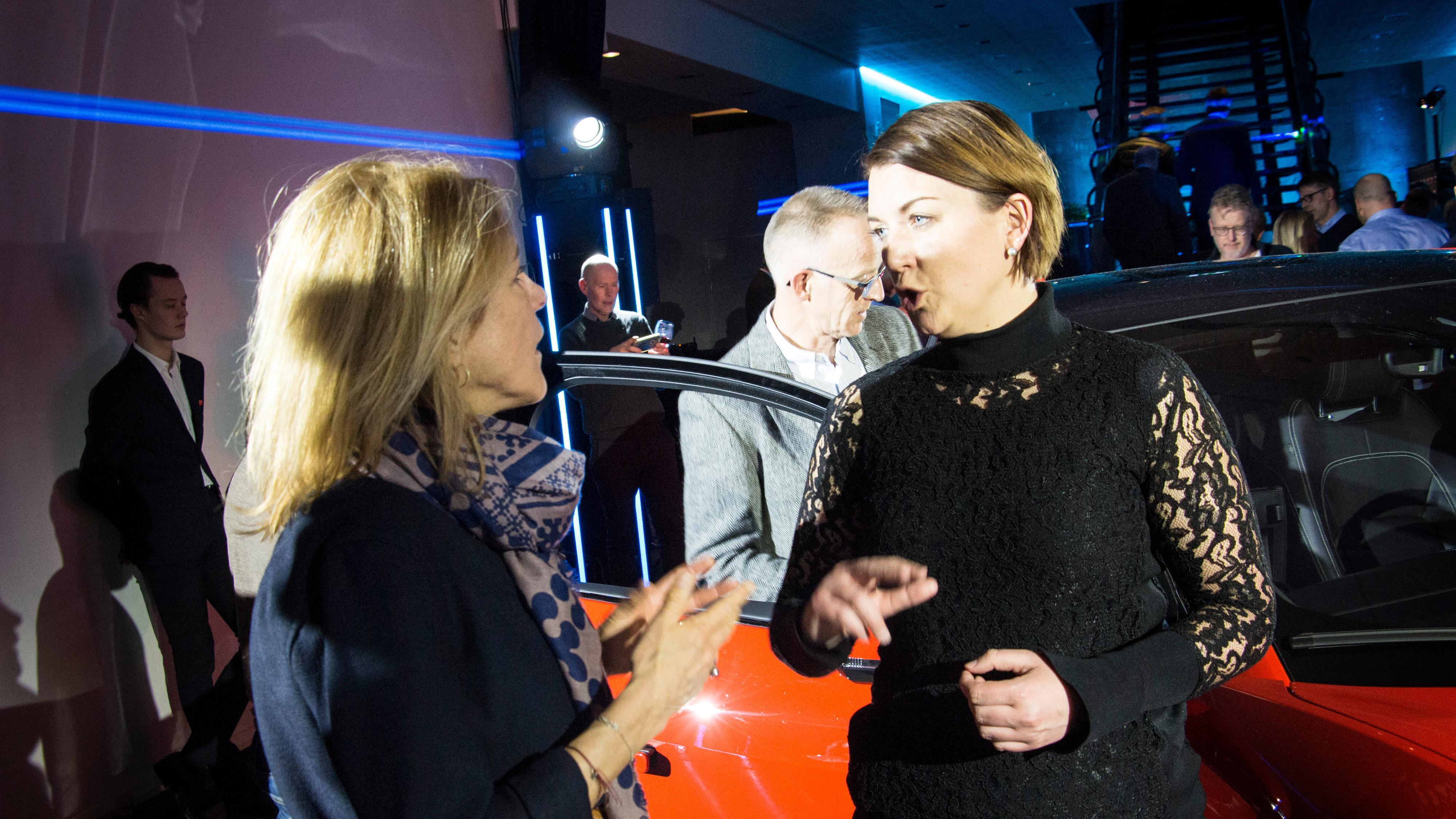Generalsekretær Christina Bu i Elbilforeningen (t.h.) tror i-Pace kan bringe elbiler til kunder som kanskje ikke ville vurdert elbil tidligere. Her sammen med bransjesjef Lerke Flader i Dansk Elbil Alliance.