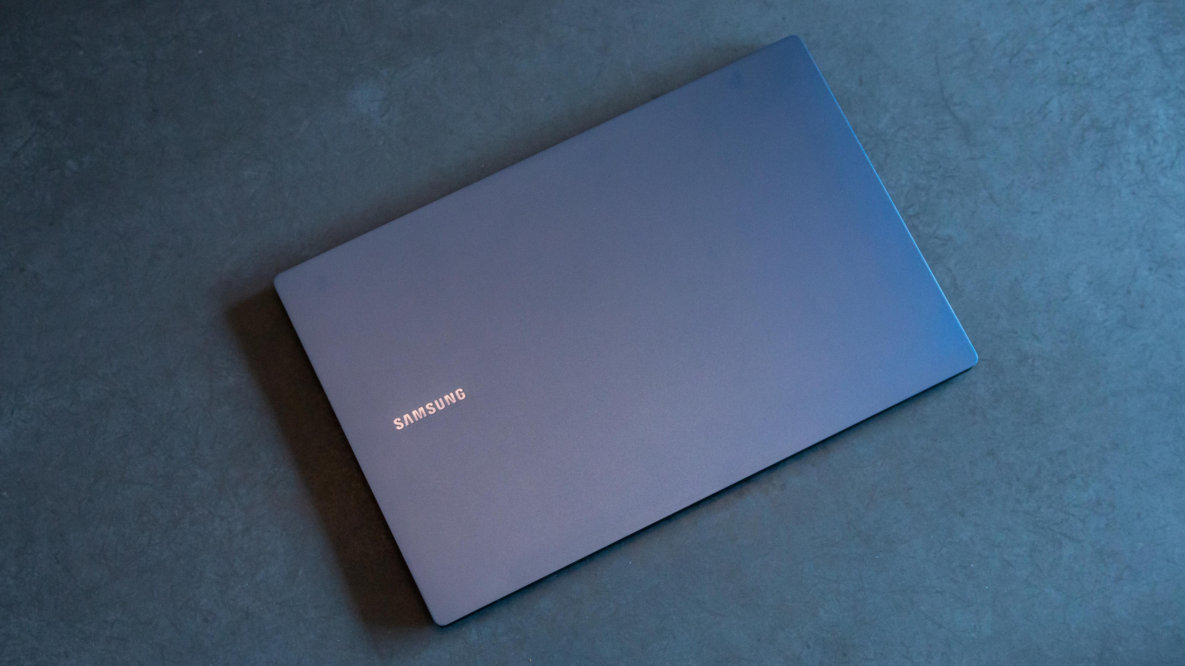 Det blå lokket kan se både mørkt og lysere blått ut basert på lyset i rommet eller vinkelen du holder den i mot sola.