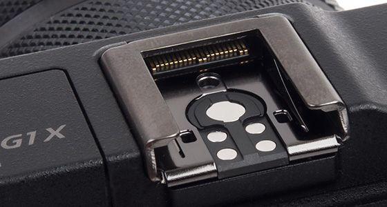 Blitsskoen har ett ekstra sett med kontakter for å kunne drive den elektroniske søkeren.