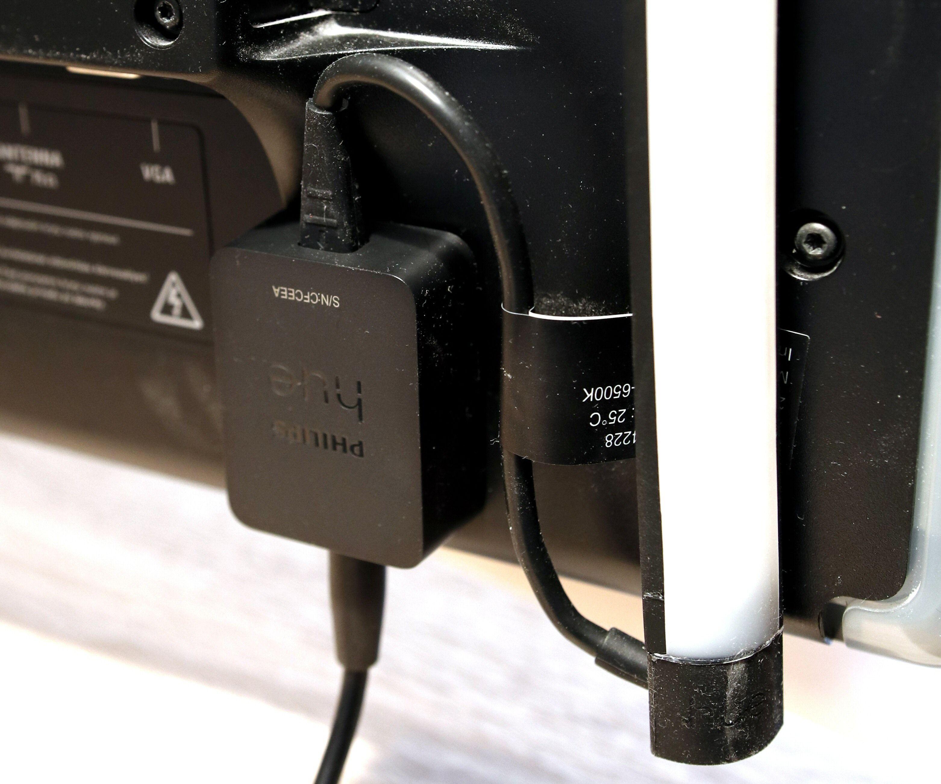 Play Gradient Lightstrip får sine kommandoer fra Hue Bridge via en liten mottakerboks, som også med fordel kan festes på TV-en. Og ja, undertegnedes TV er en smule støvete.
