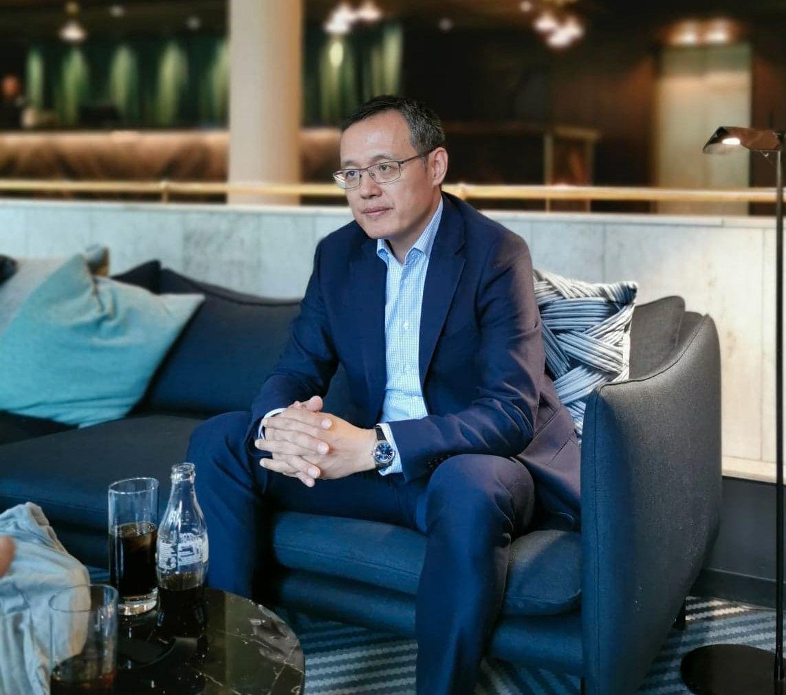 Yanmin Wang er president for mobiltelefoner i en enorm Huawei-region som også inkluderer Norge. Hva som skjer i handelskrigen fremover kunne han ikke svare på, men han mente like fullt at mobilkjøpere ikke skal bekymre seg for om Huawei-produktene vil fortsette å få oppdateringer.