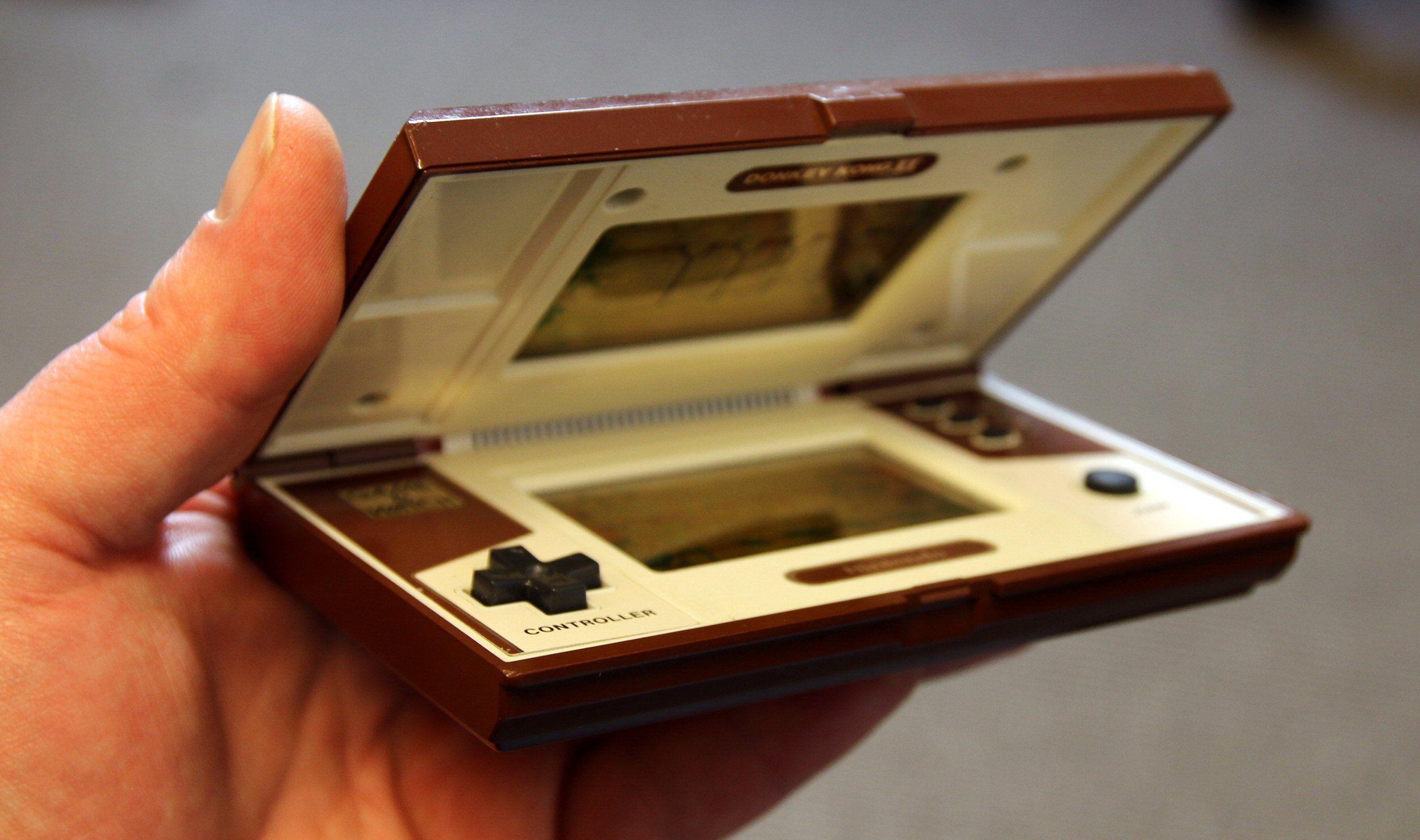 Nintendos velkjente styrekors og sammenleggbare formfaktor. Spillet er Donkey Kong II. Foto: Vegar Jansen, Tek.no