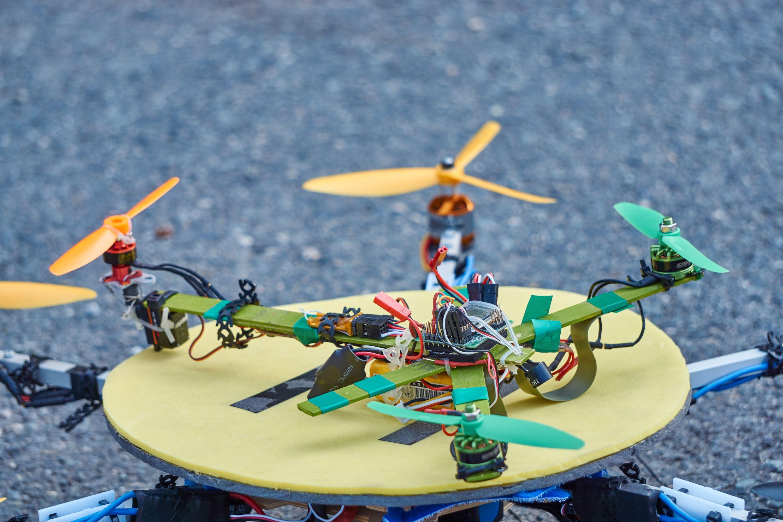 Det lille tri-kopteret på toppen av dronen som kunne bære brus.