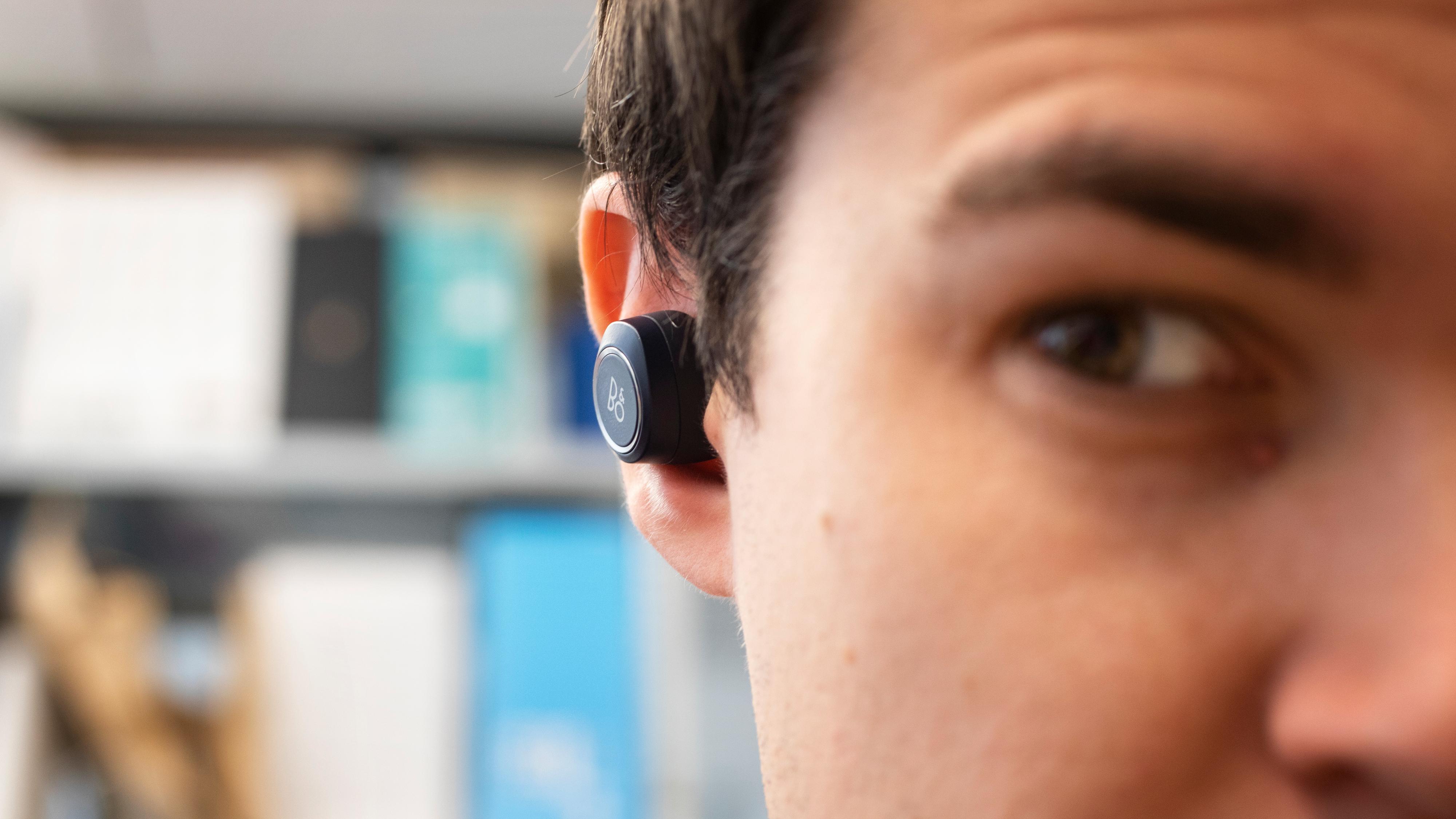 E8 er ikke akkurat de minste og mest diskré trådløse ørepluggene vi har sett.