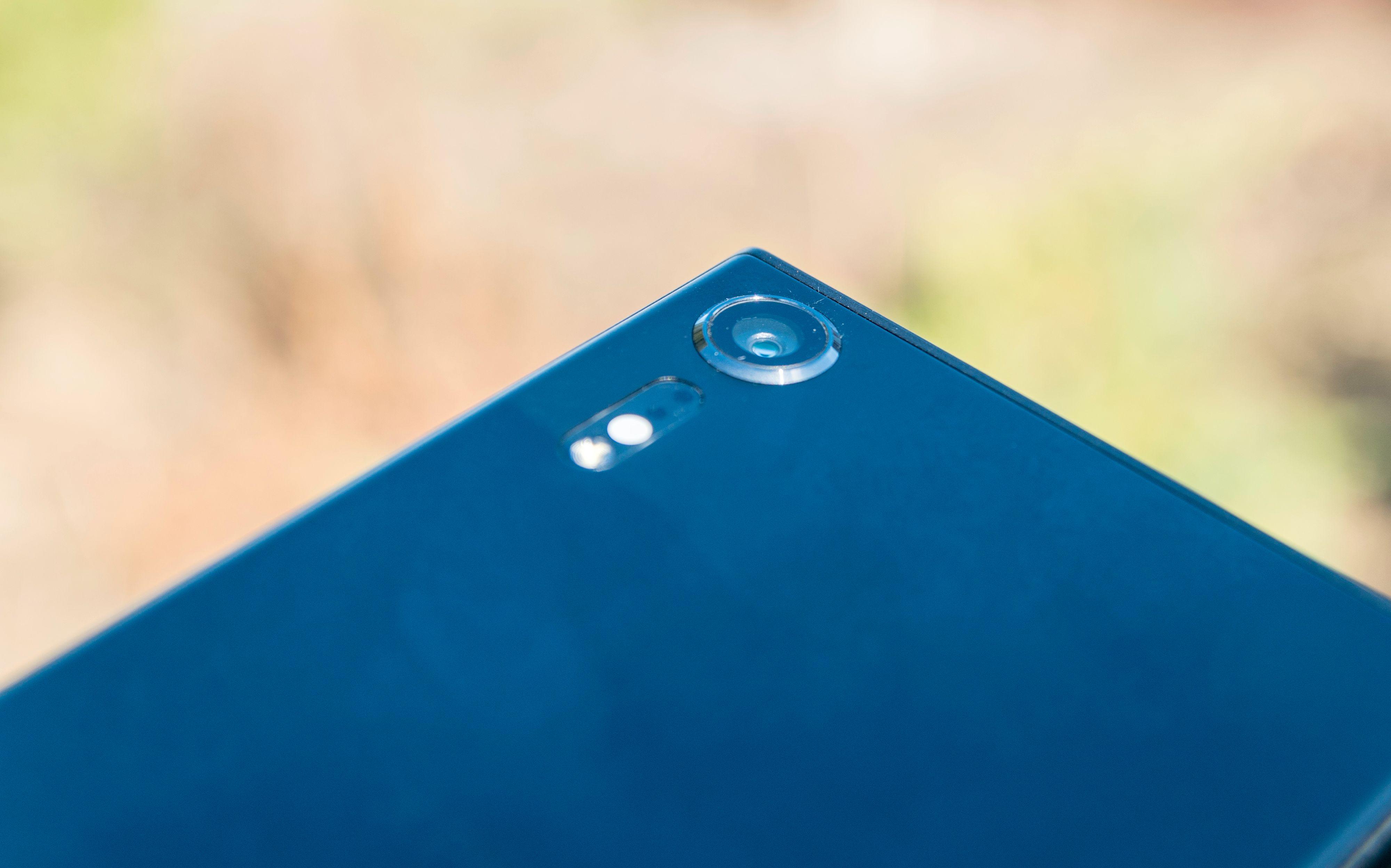 Den synligste forskjellen på Xperia XZ og Xperia XZs er den lille kameratuten som stikker ut på baksiden av den nye utgaven. Her får du både et bedre og et morsommere kamera å leke med. Bilde: Finn Jarle Kvalheim, Tek.no