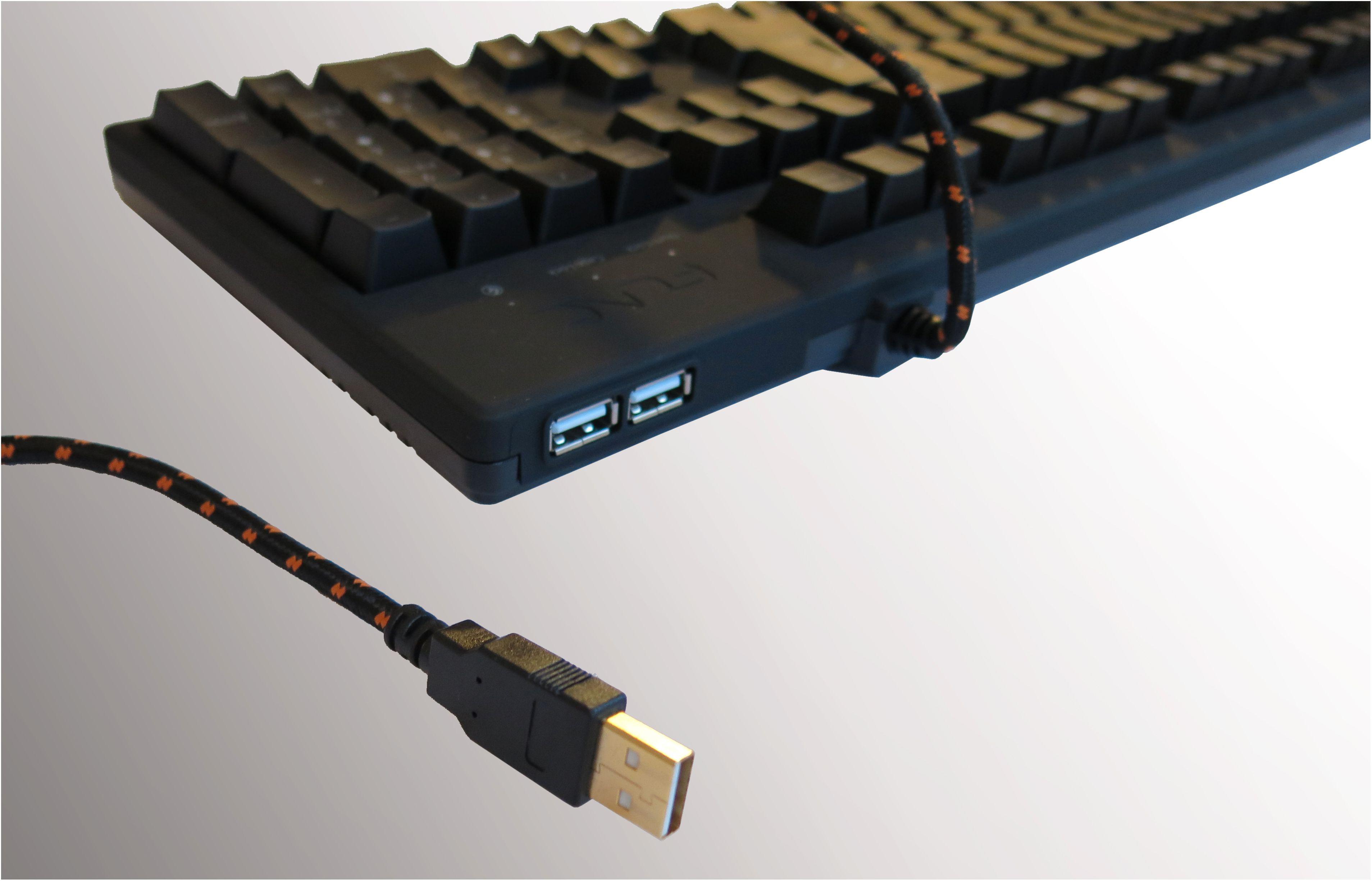 To USB 2.0-porter i bakkant, som forsynes med strøm fra én USB-kabel. Foto: Torstein Sørnes, Hardware.no