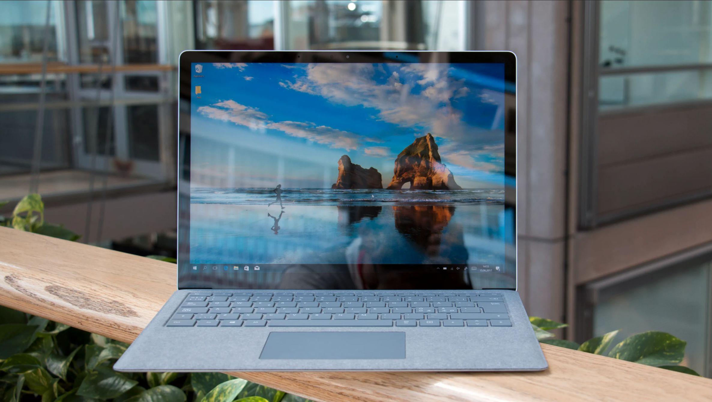 Microsoft Surface Laptop kommer med alcantara på overflaten, og ser således veldig lekker og uvanlig ut.