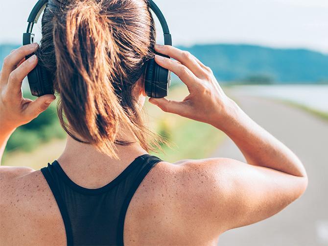 Rätt sorts musik under träningspasset fungerar som smärtlindring.